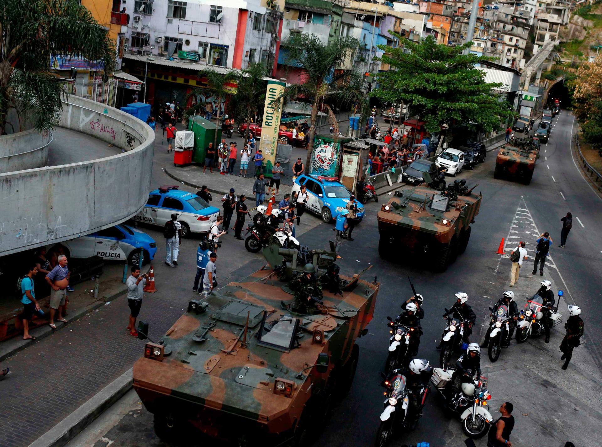 Brasil: As imagens da entrada do exército na favela que ficou cercada