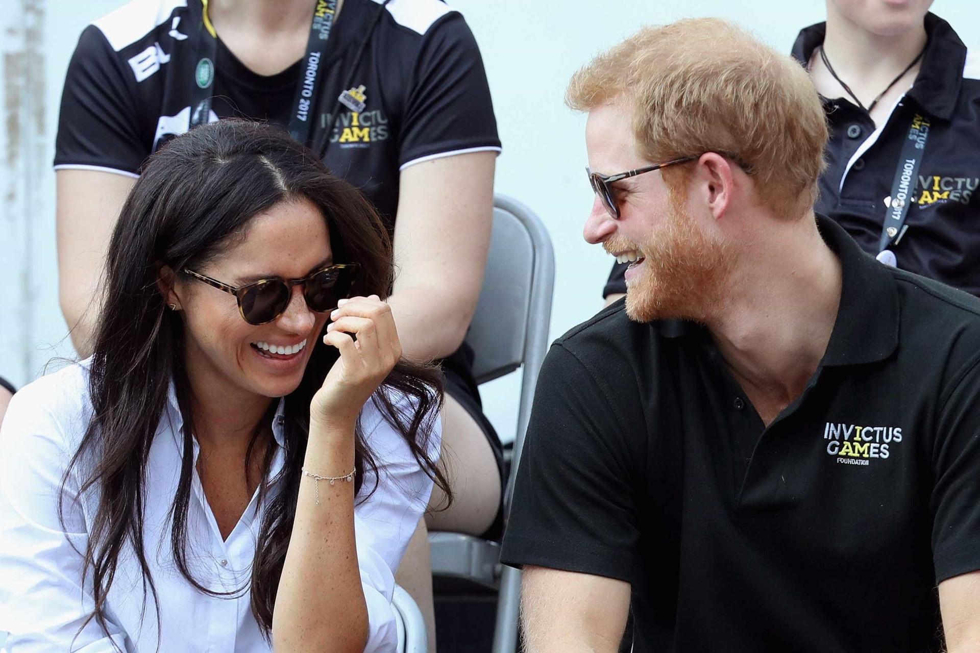 Não faltou boa disposição na primeira aparição oficial de Harry e Meghan