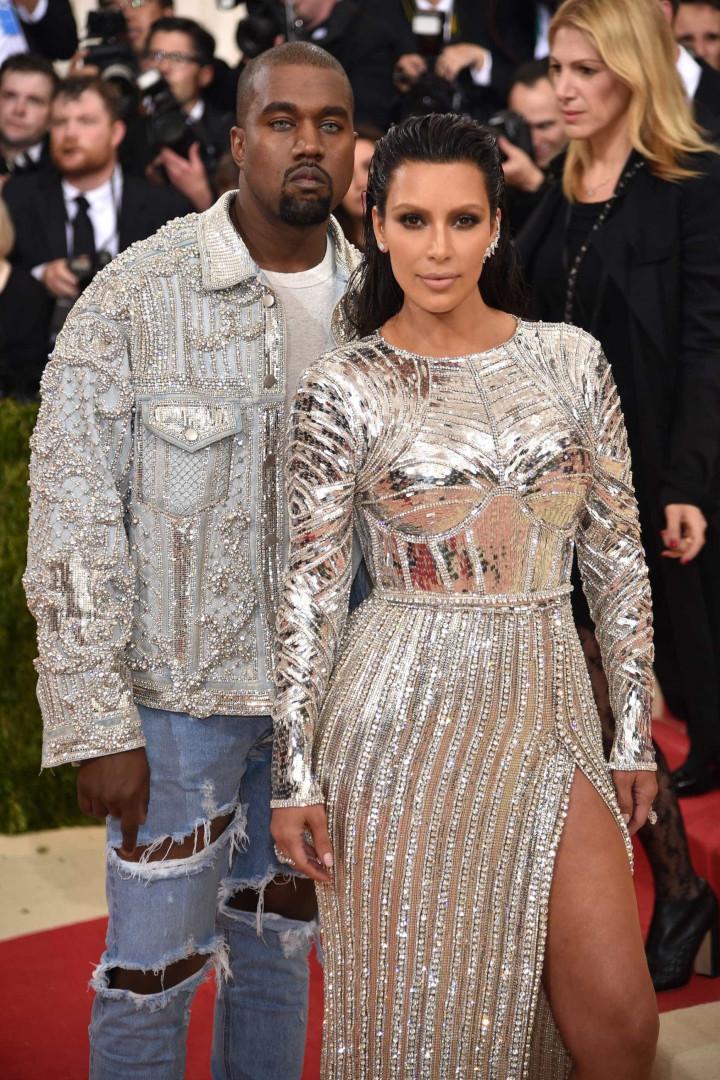 Em dia de festa, Kim Kardashian recebe surpresa de Kanye West