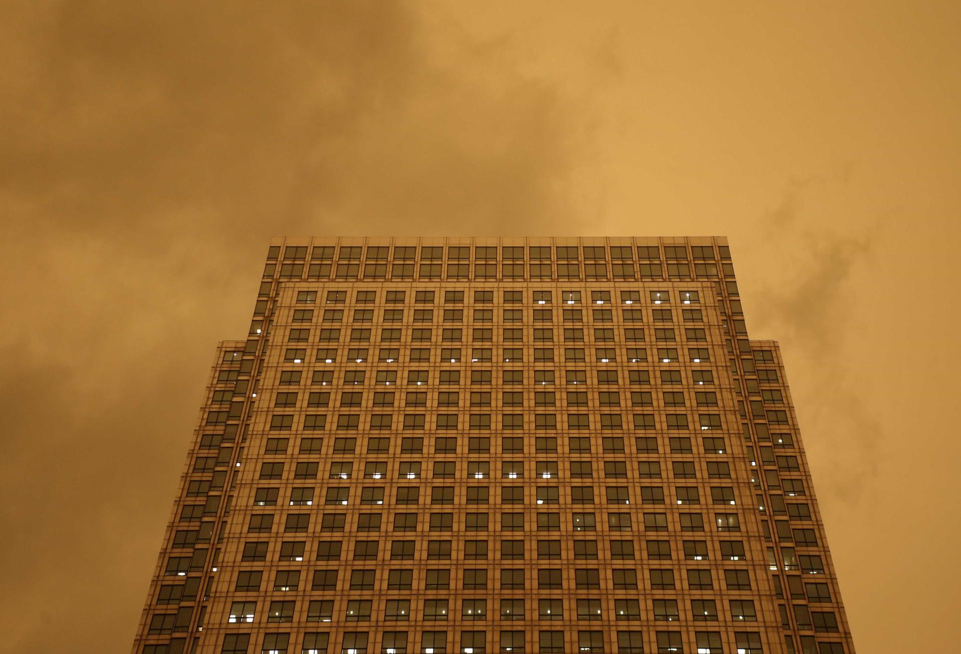 O fenómeno que pintou de laranja os céus de Londres