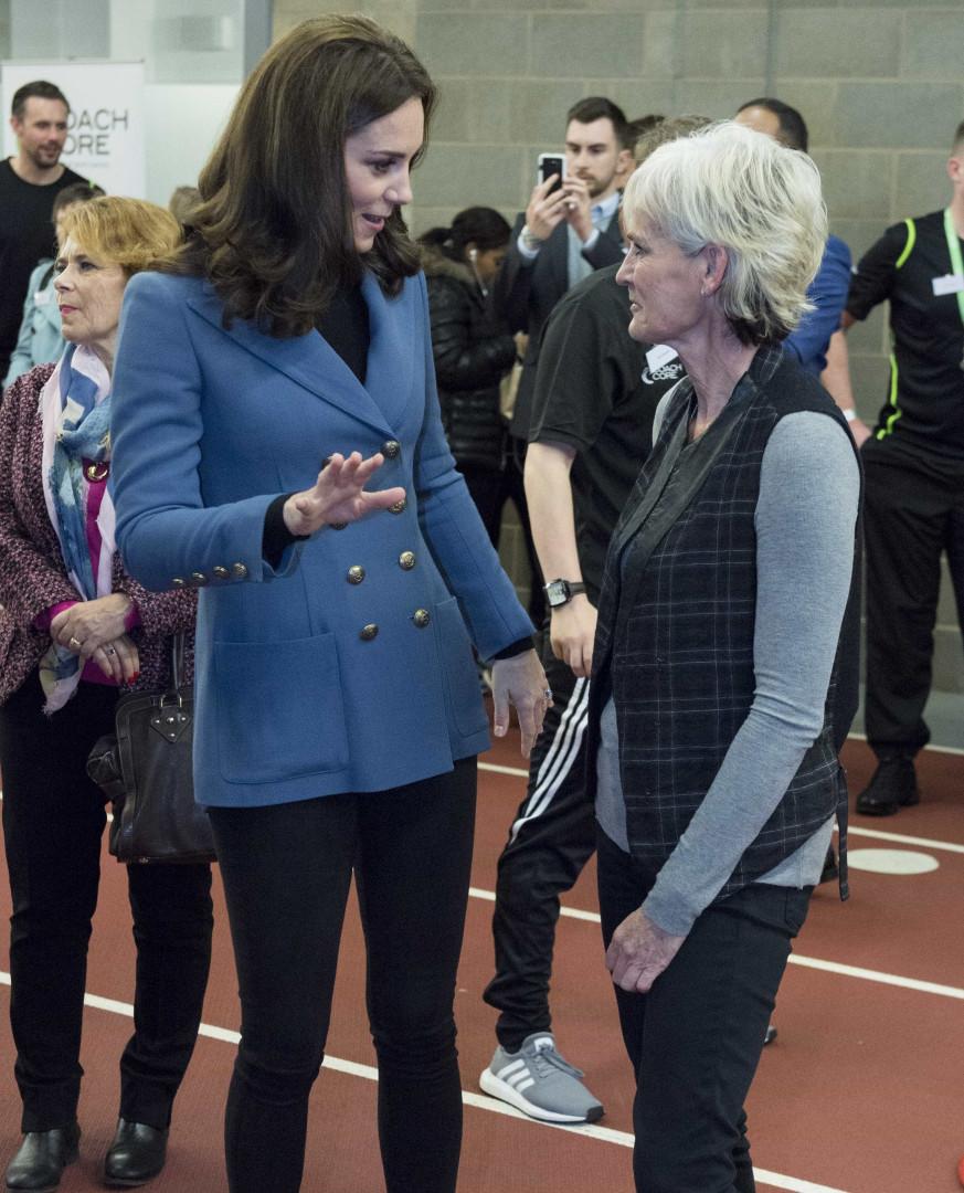 Grávida pela terceira vez, Kate Middleton espalha elegância em evento