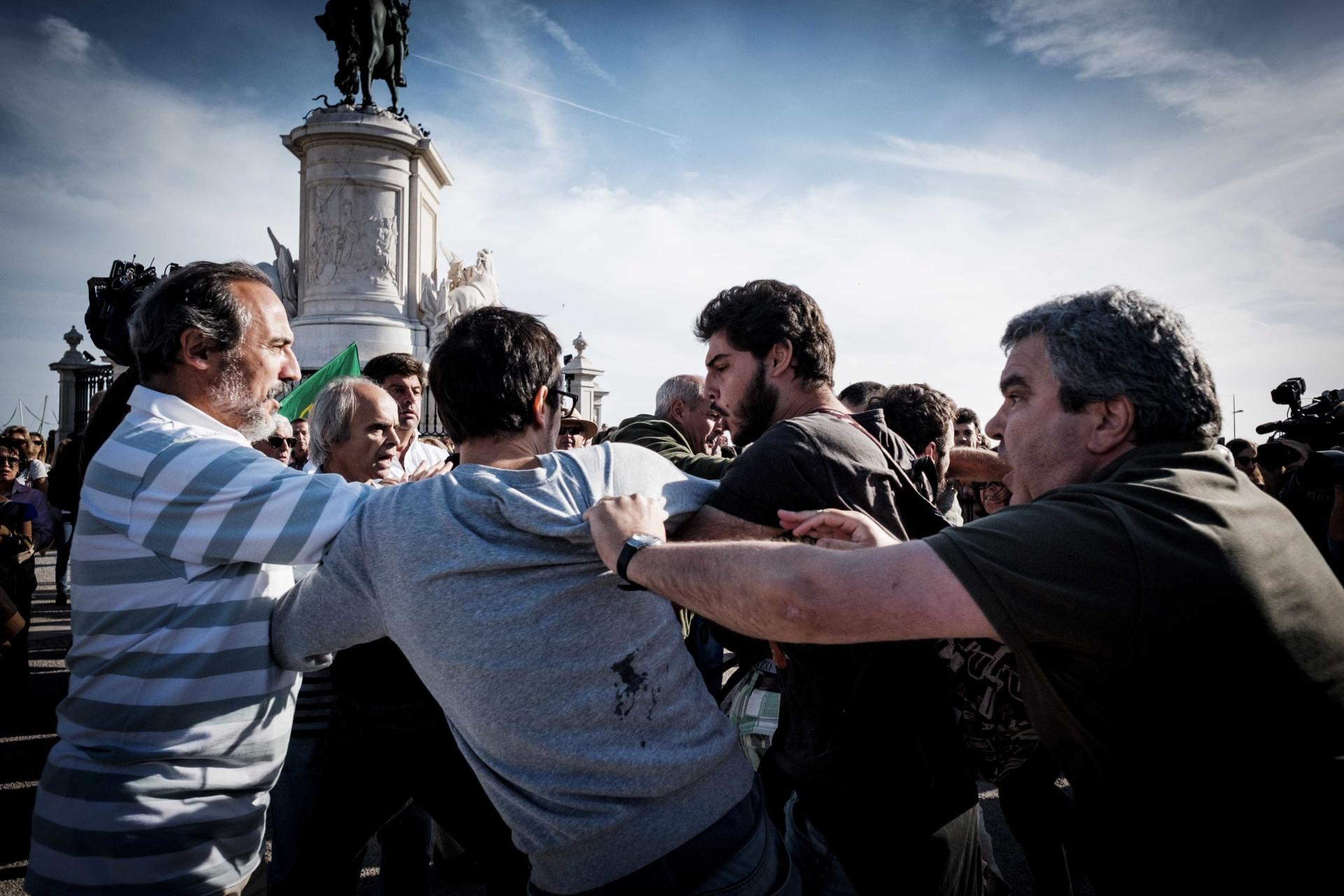 As imagens da confusão na manifestação da Praça do Comércio