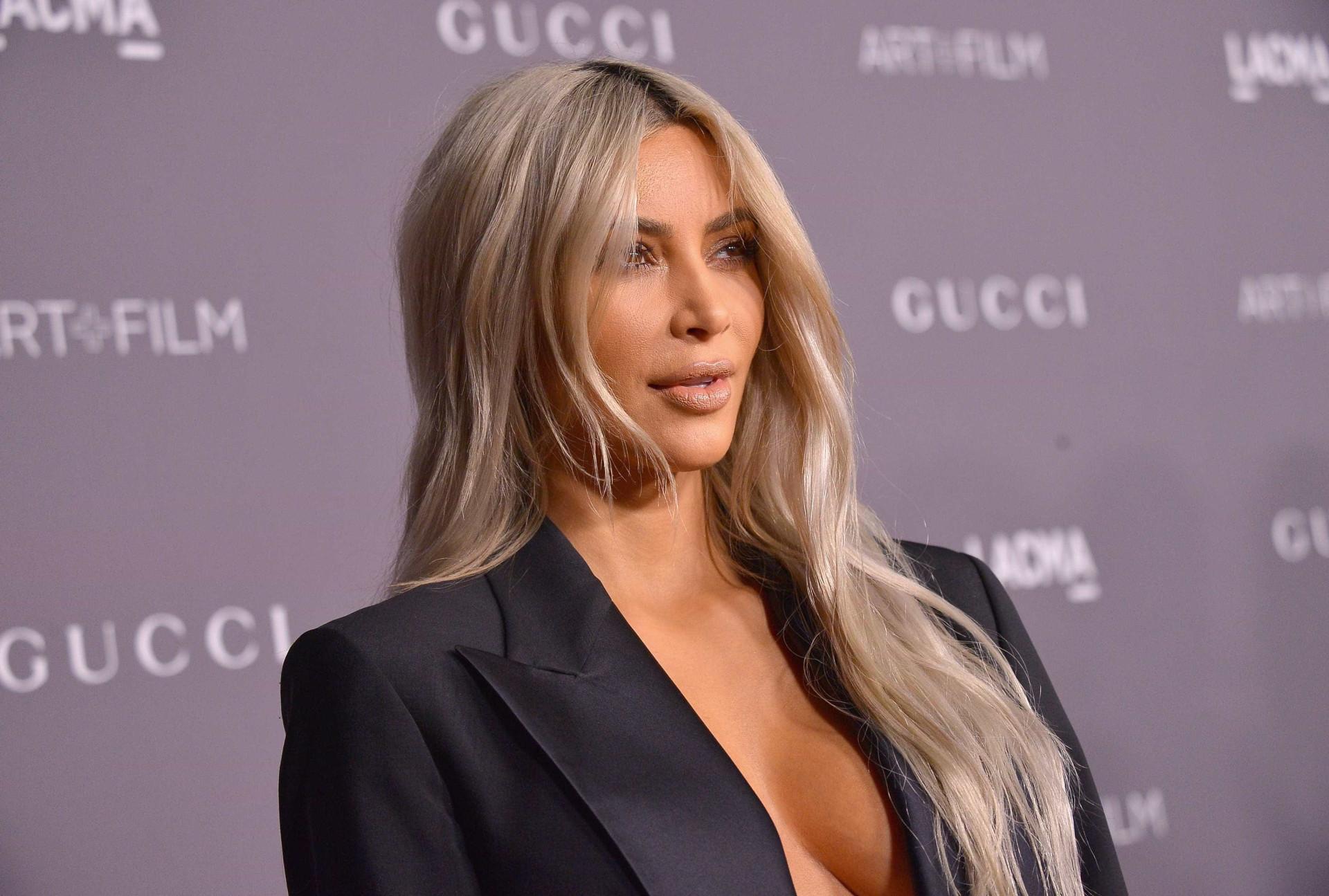 Kim Kardashian 'esquece-se' de soutien e dá nas vistas em evento