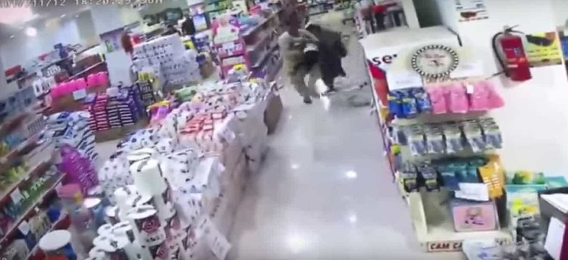 Eis o momento em que a terra tremeu captado dentro de um supermercado