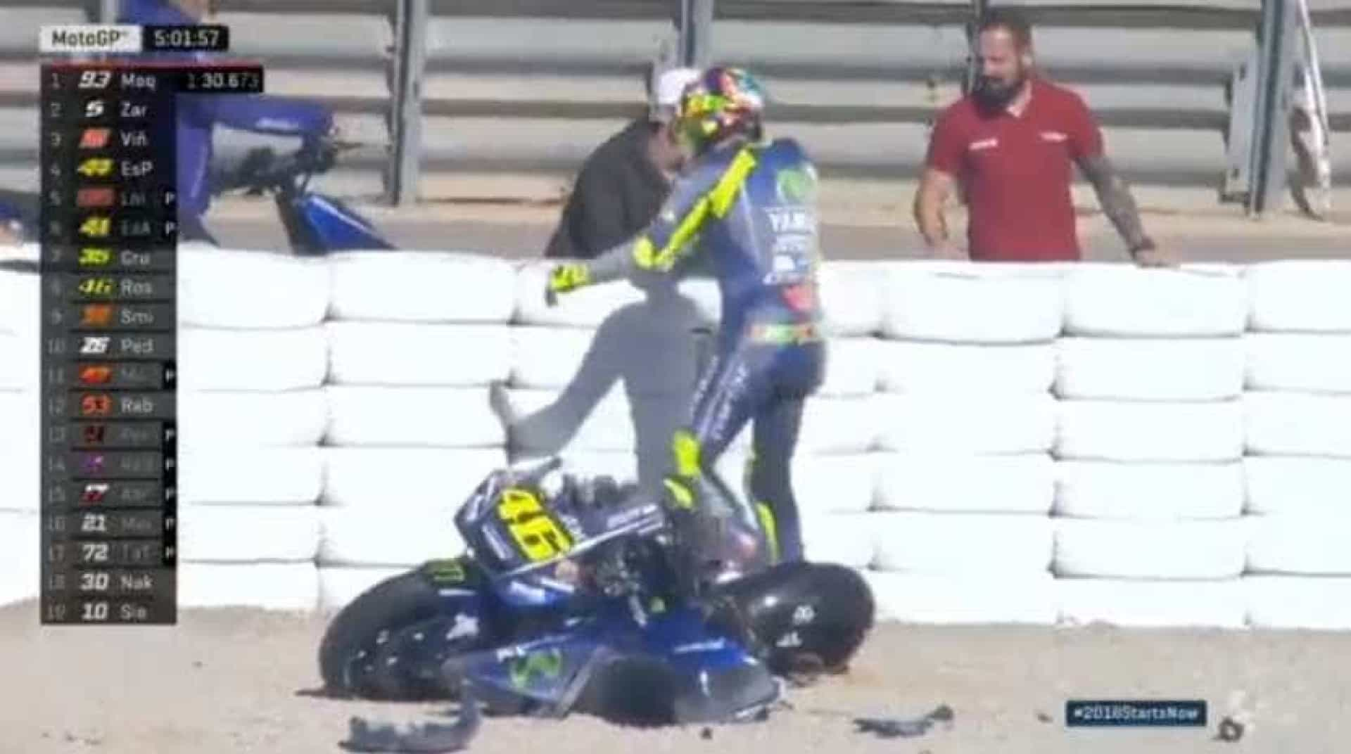Aparatoso acidente deixa Yamaha de Valentino Rossi destruída