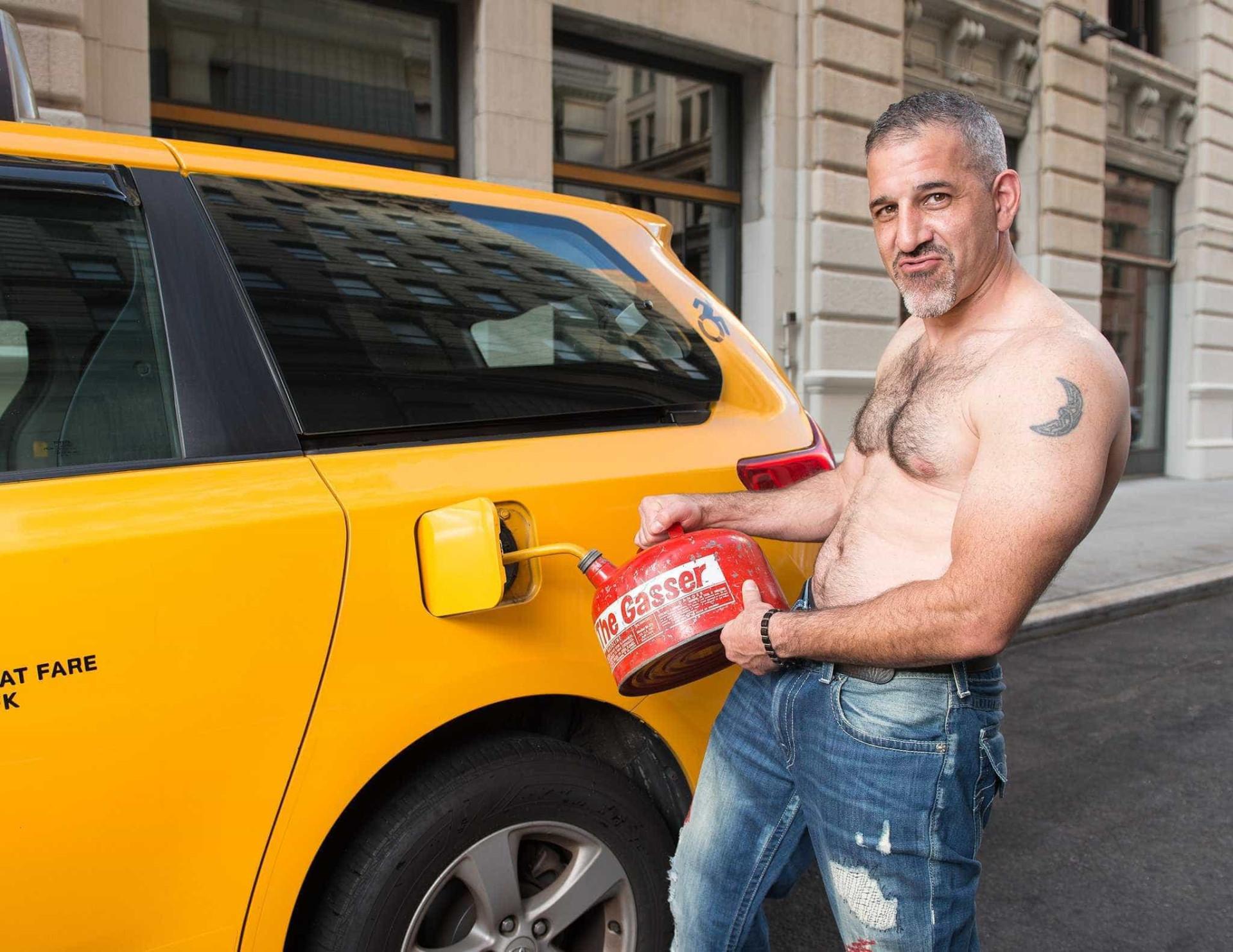 Novo calendário solidário não tem bombeiros nem músculos. São taxistas