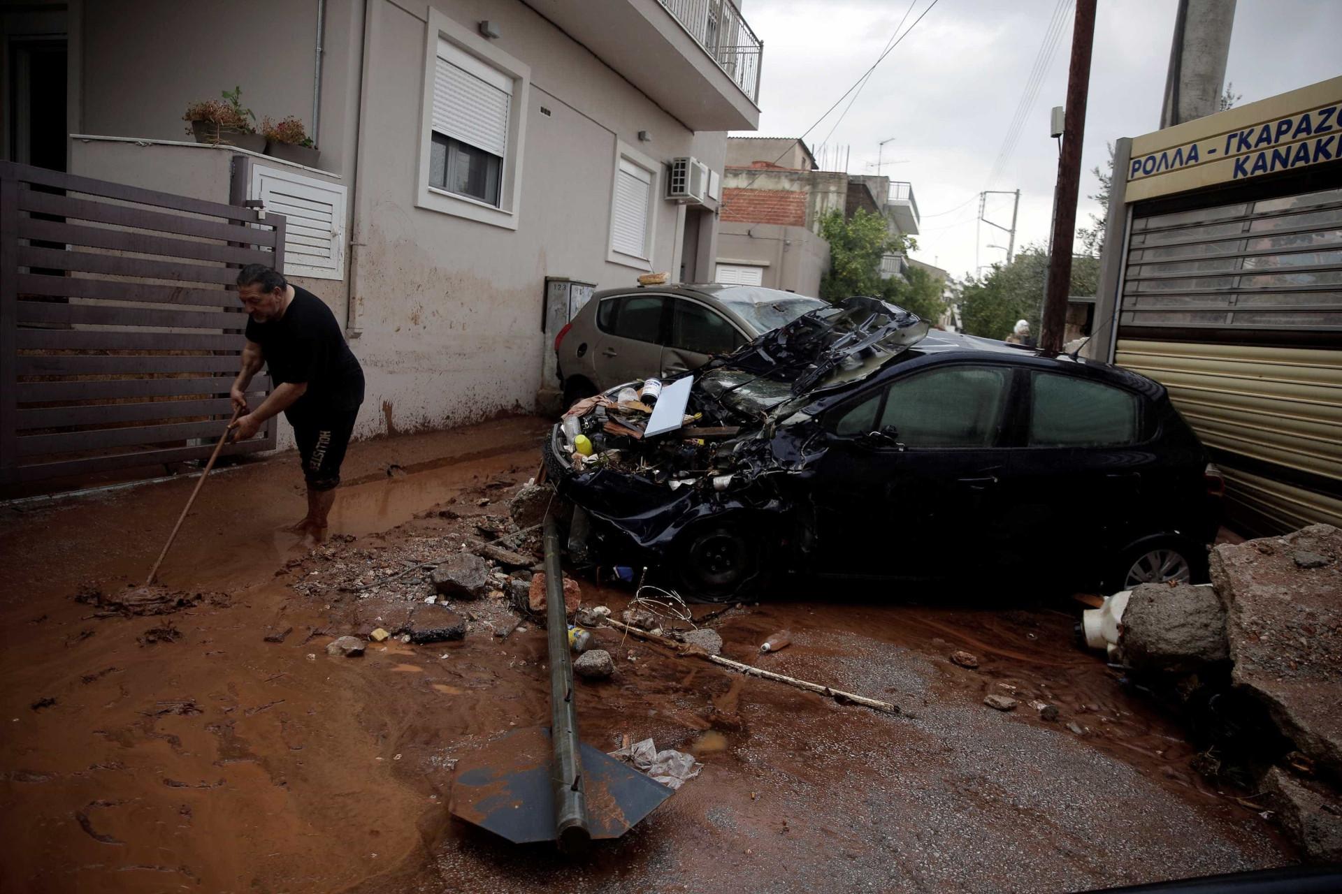 Mau tempo chegou à Grécia, fez vítimas e deixou cenário de destruição