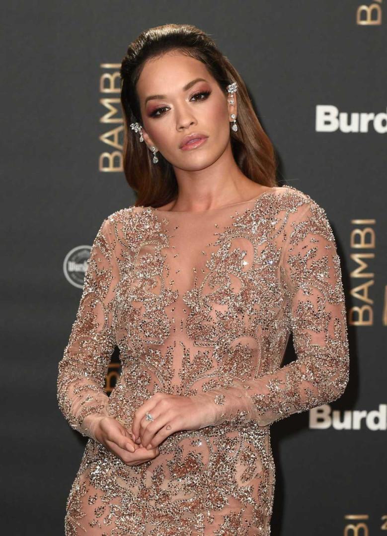 Rita Ora volta a deslumbrar com look elegante