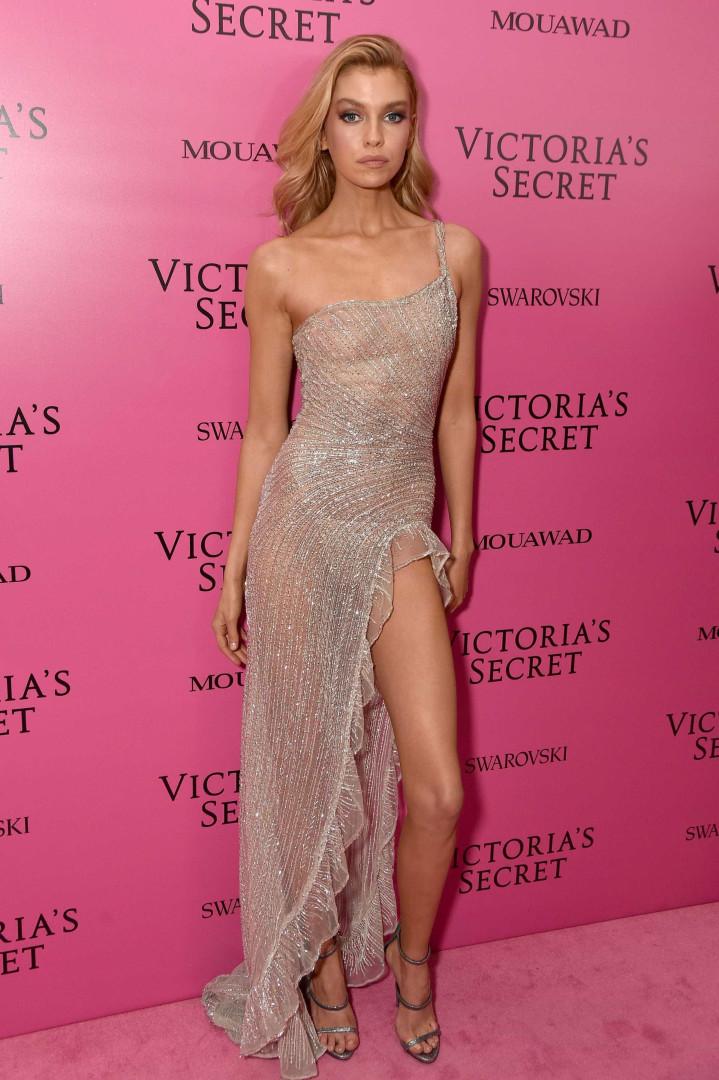 Namorada de Kristen Stewart 'arrasa' com vestido transparente