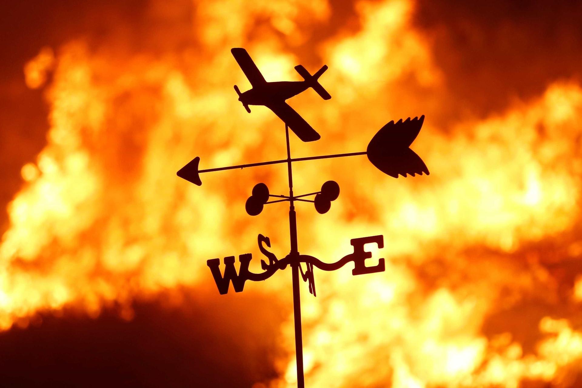 Incêndio na Califórnia continua a deflagrar: 27 mil pessoas retiradas