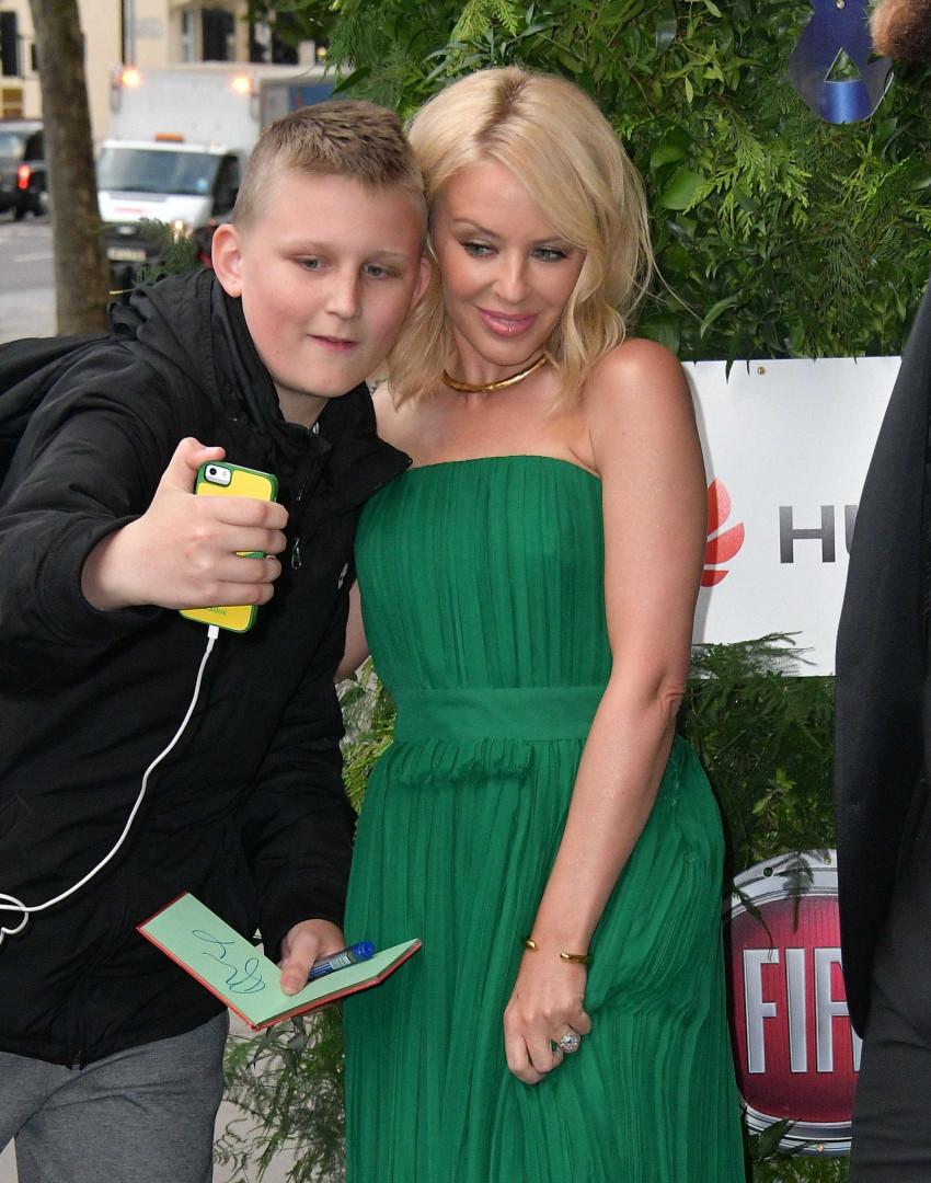 Conheça as celebridades que não negam uma selfie com os fãs