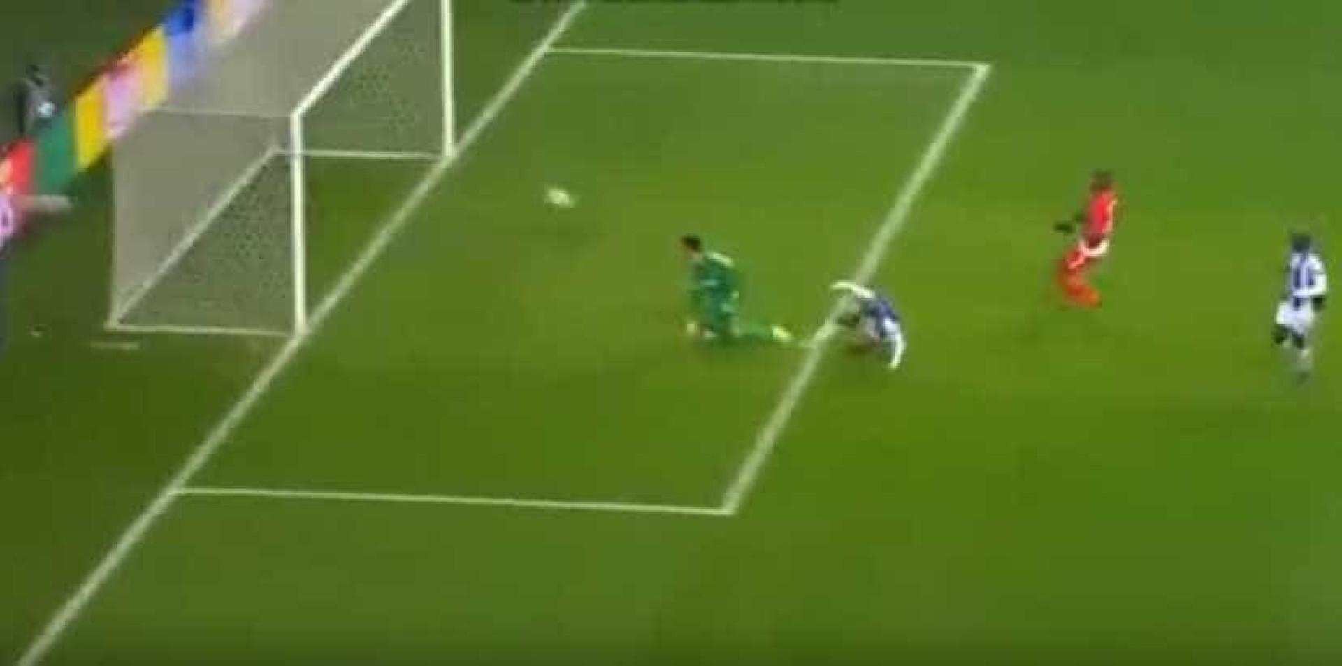 Brahimi faz o terceiro golo no final da primeira parte