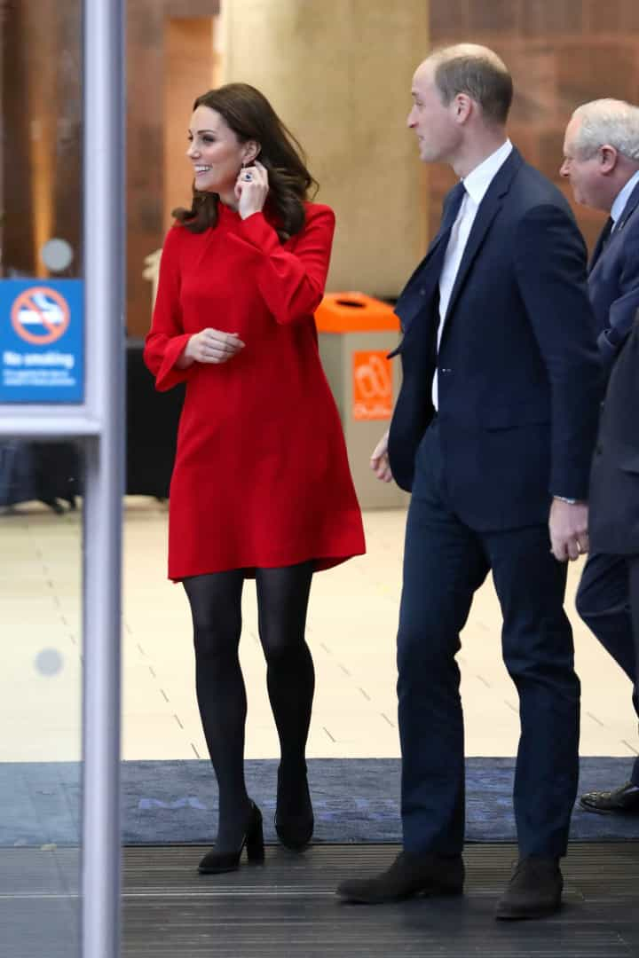 Kate Middleton usa vestido mais curto que o habitual e dá nas vistas