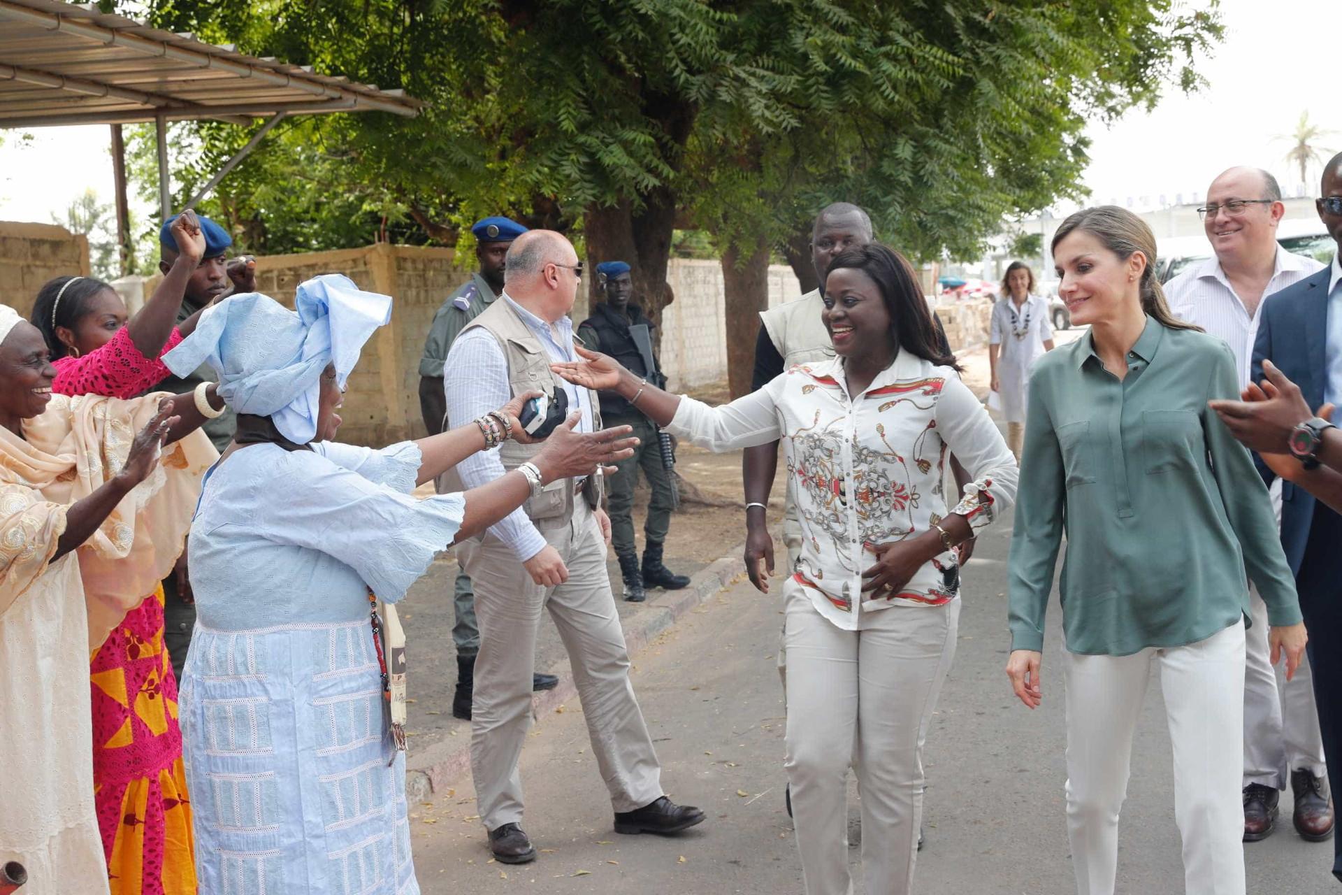 Rainha Letizia encanta presentes na visita ao Senegal