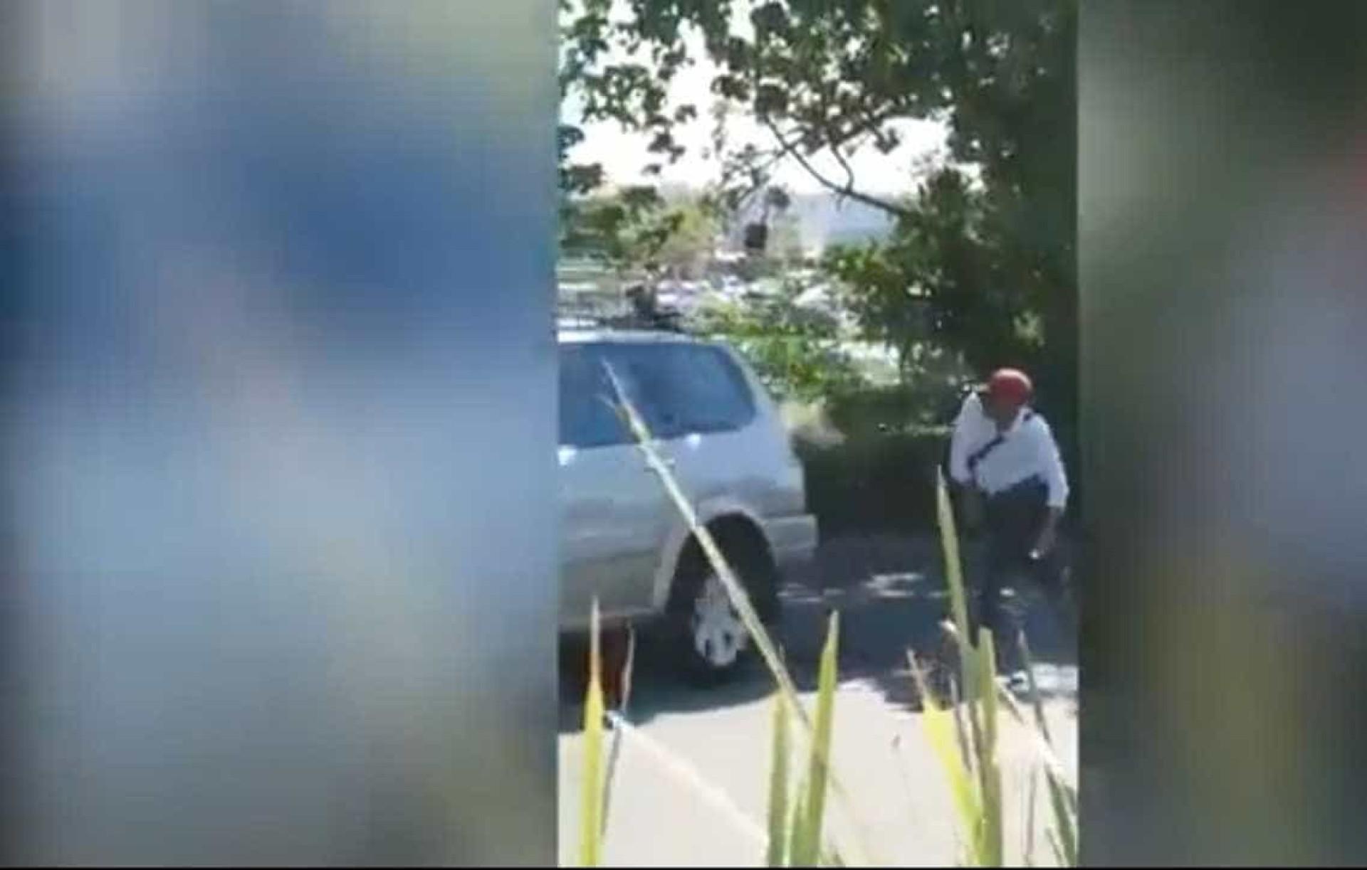 Depois de discussão, homem atira chave inglesa contra carro