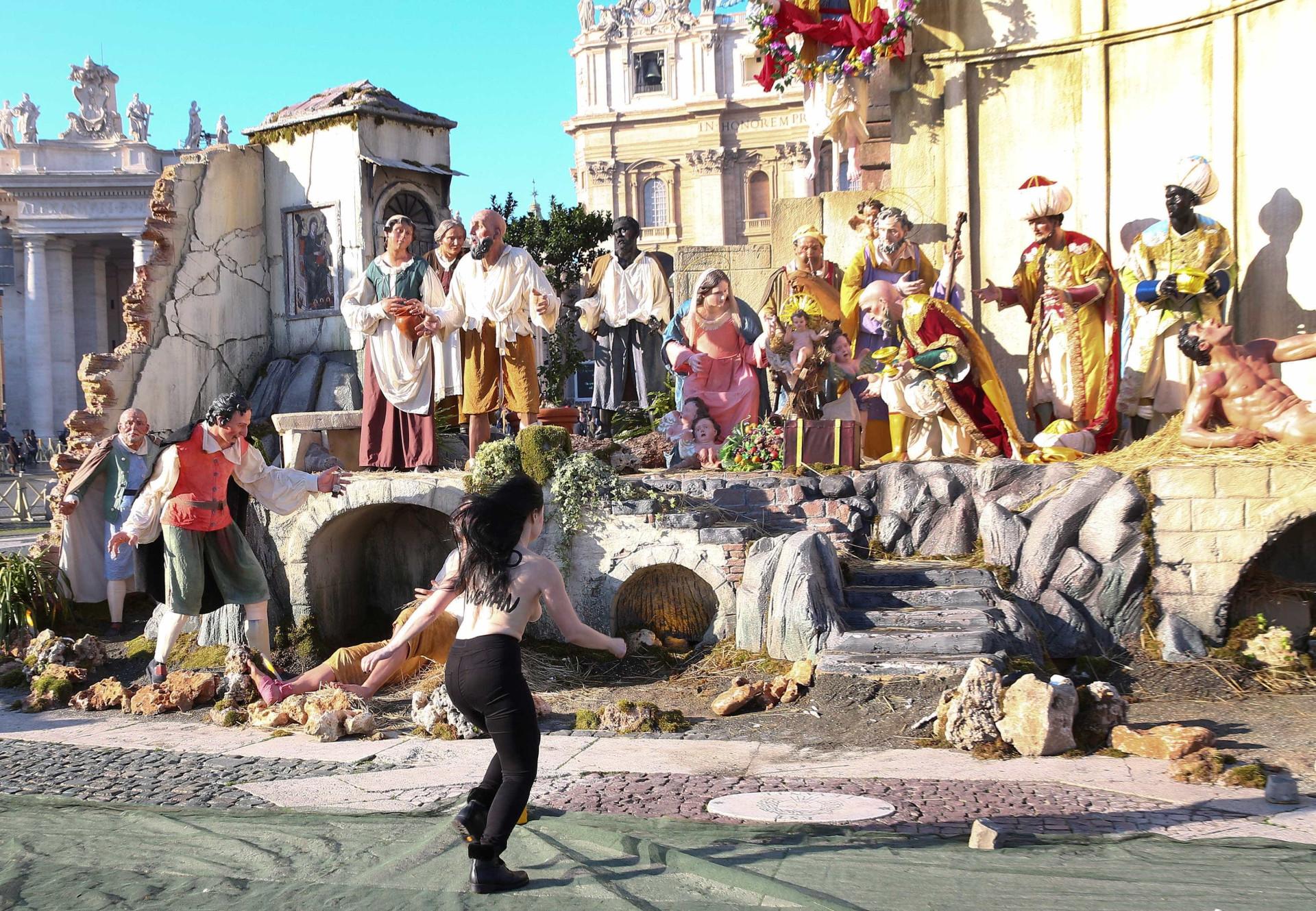 Ativista em topless tentou roubar estátua do menino Jesus do Vaticano