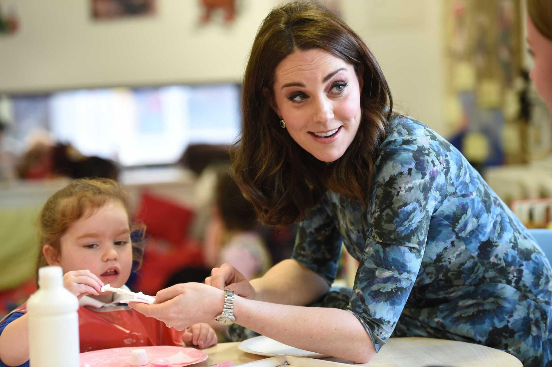 Aos sete meses de gravidez, Kate Middleton surpreende pela elegância