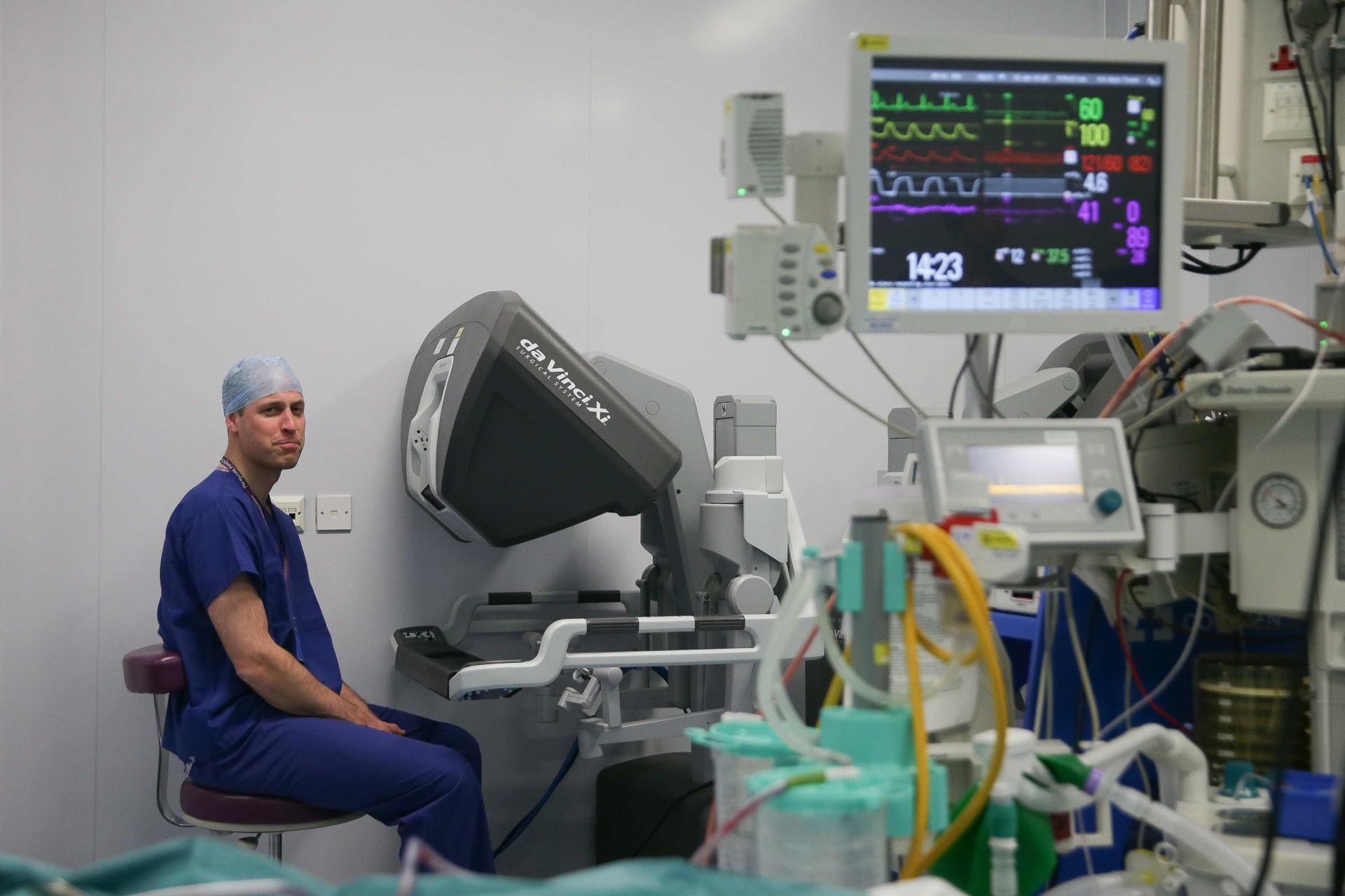 Príncipe William foi 'cirurgião' por um dia