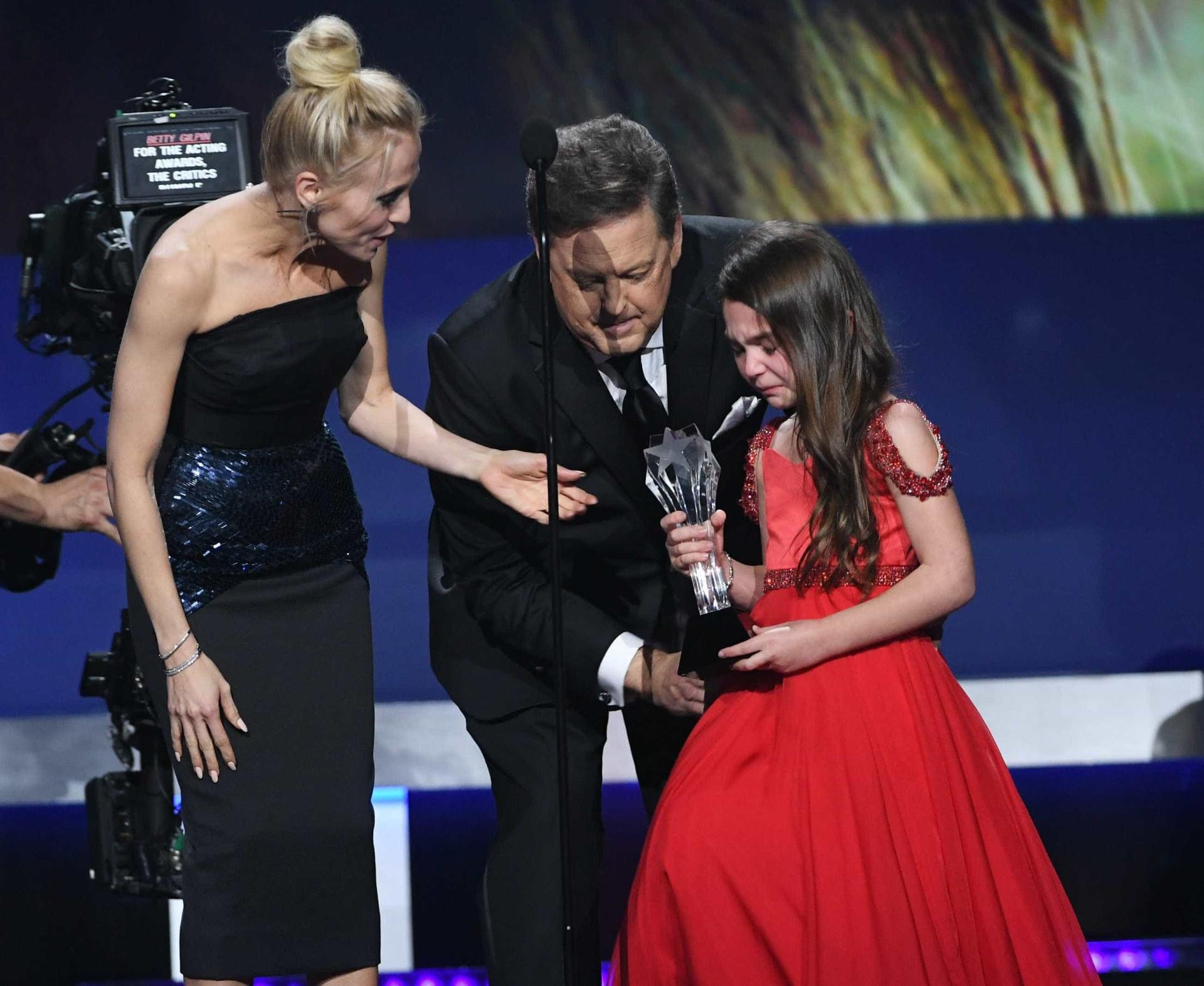 Em lágrimas, atriz de sete anos recebe prémio e deixa plateia comovida
