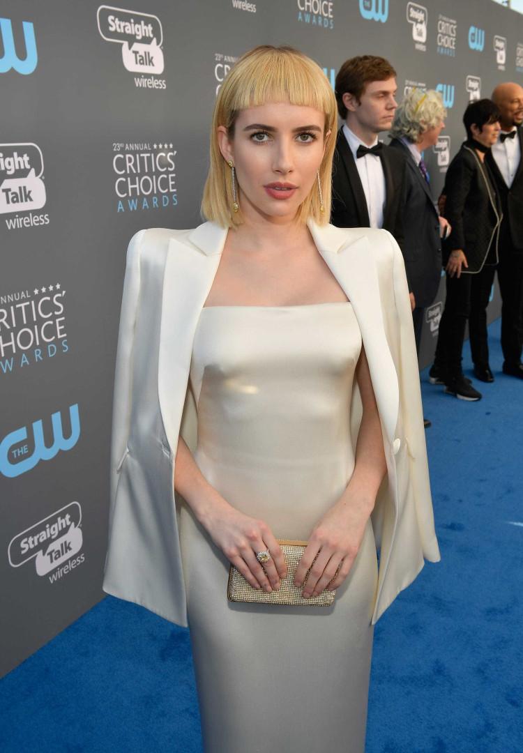 Novo corte de cabelo de Emma Roberts é alvo de piadas no Twitter