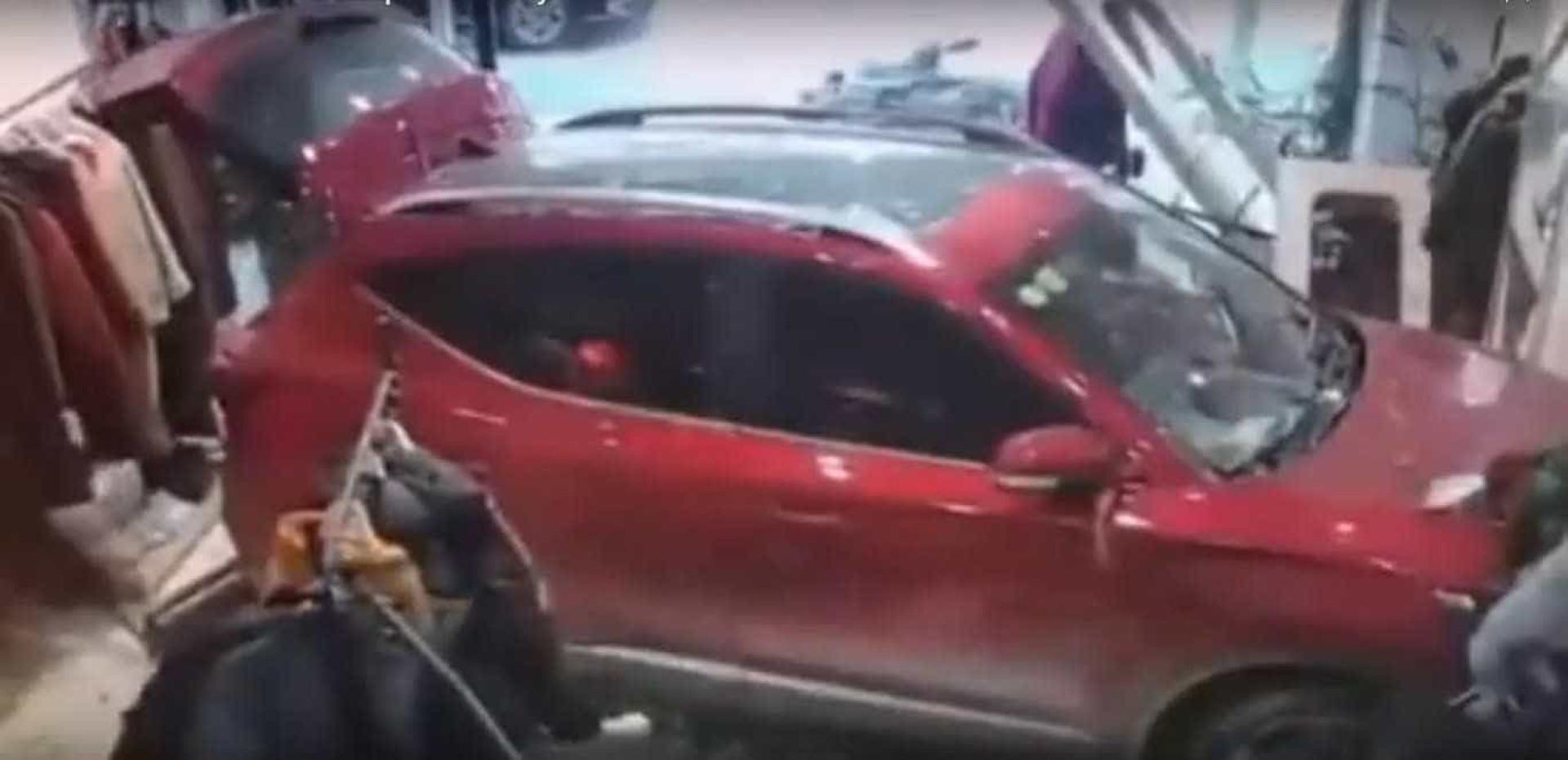 Carro em excesso de velocidade entra por uma loja e atinge funcionária