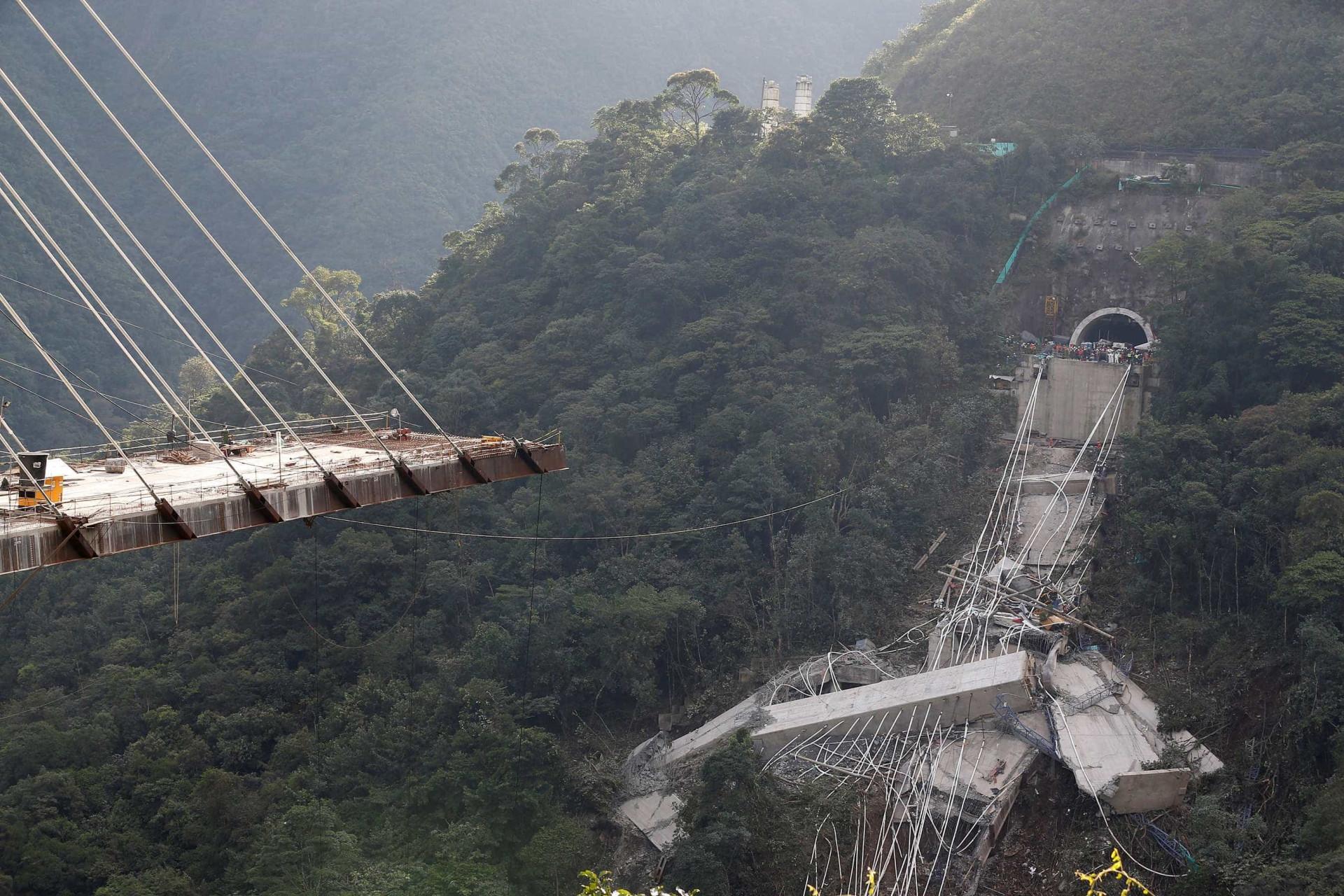 As imagens da queda da ponte na Colômbia que fez 10 mortos