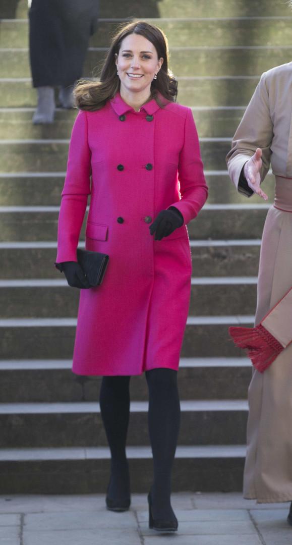 Grávida de seis meses, Kate Middleton dá nas vistas com sobretudo rosa