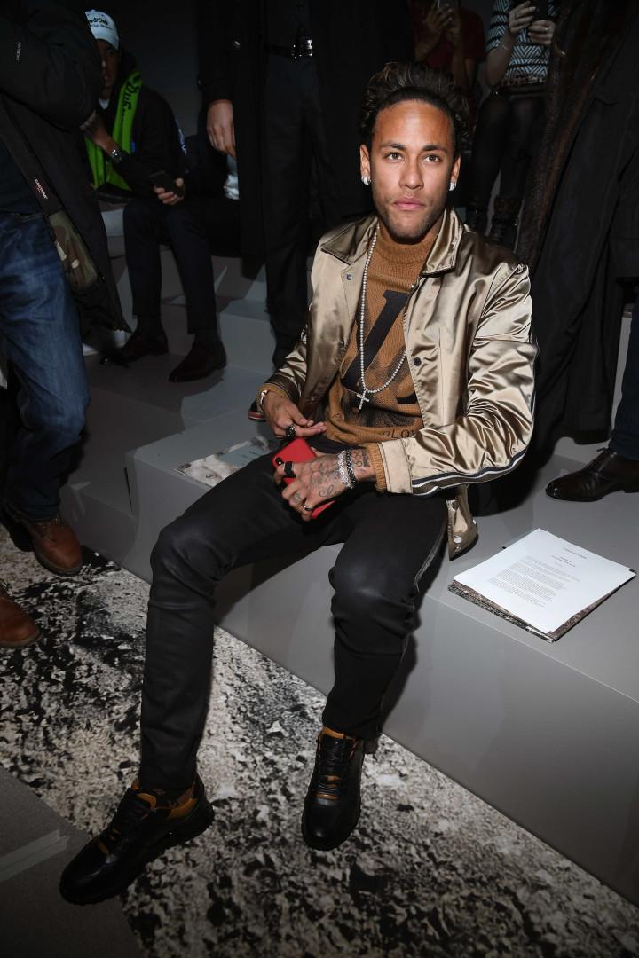 Neymar e família Beckham assistem ao desfile da Louis Vuitton