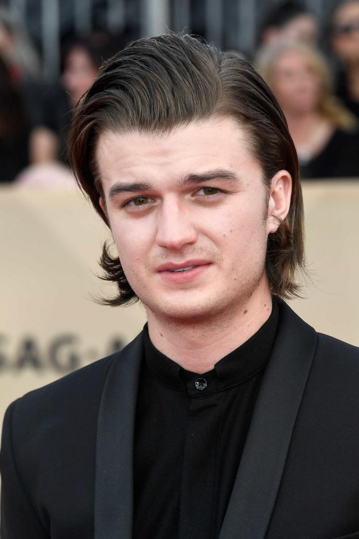Atores de 'Stranger Things' usam o mesmo penteado em gala de prémios
