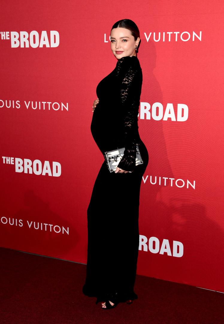 Miranda Kerr exibe orgulhosamente a barriga de grávida em evento