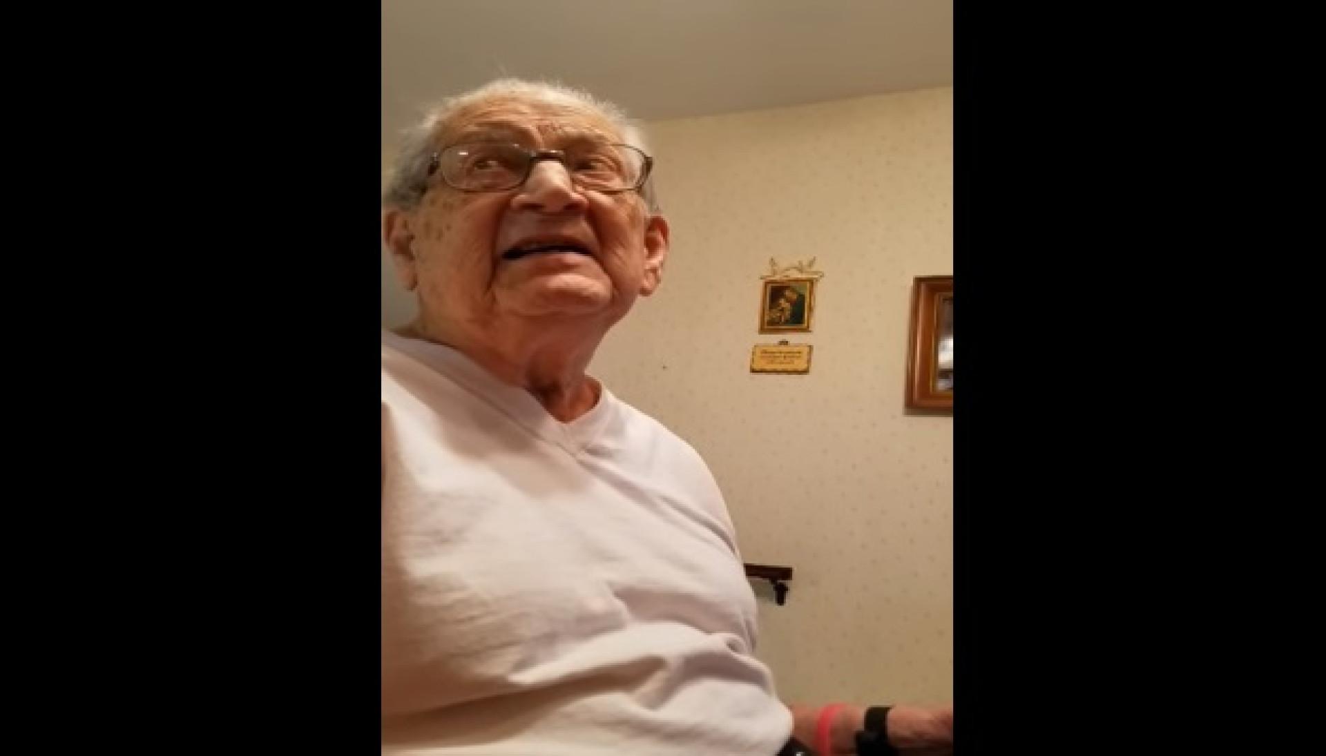 A caricata reação de um homem ao descobrir que tem 98 anos