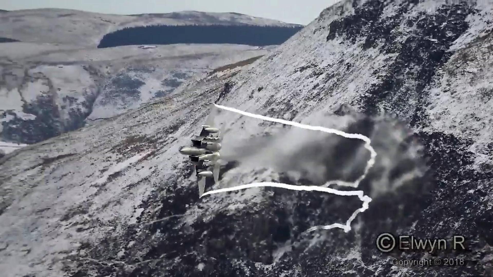 Dois caças F-15 em impressionante vídeo de manobras nas montanhas