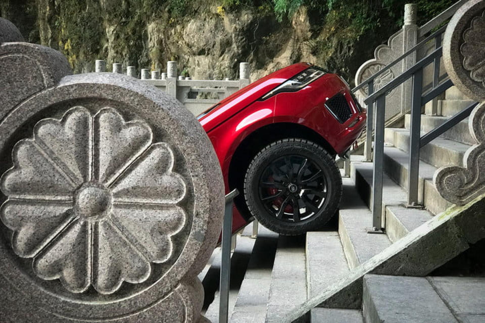 Land Rover híbrido subiu a 'escadaria para o céu'