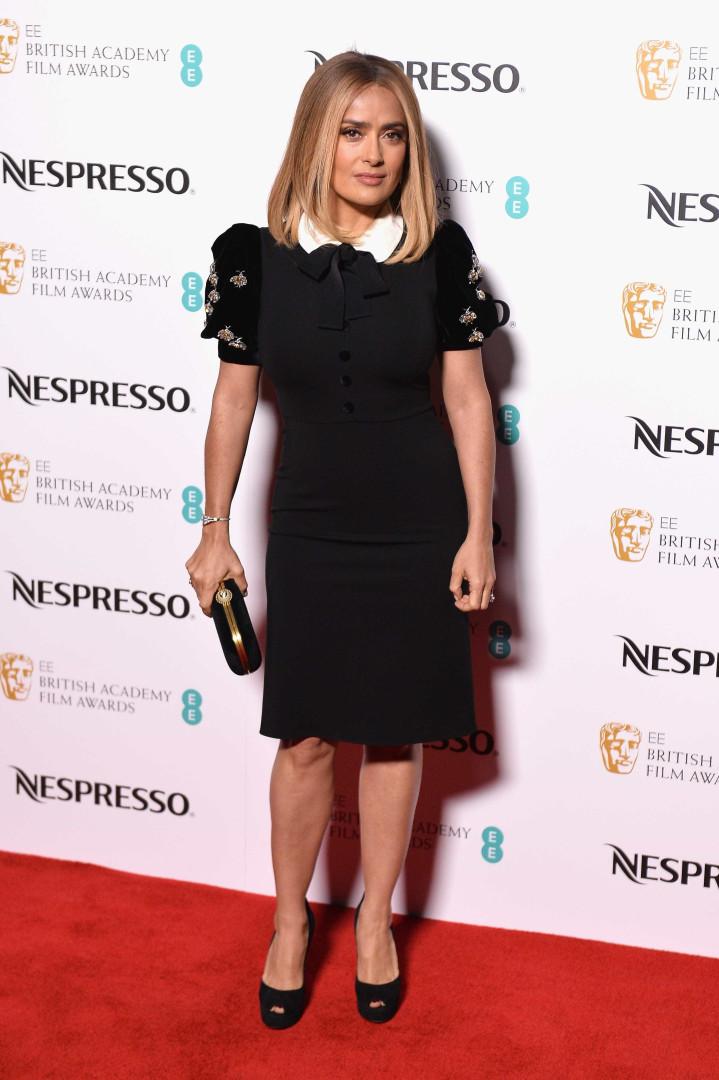 Salma Hayek surge loira na véspera dos BAFTA