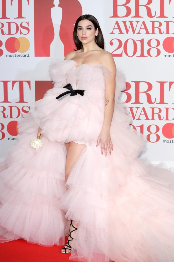 O 'vestido princesa' de Dua Lipa que deu nas vistas nos Brit Awards