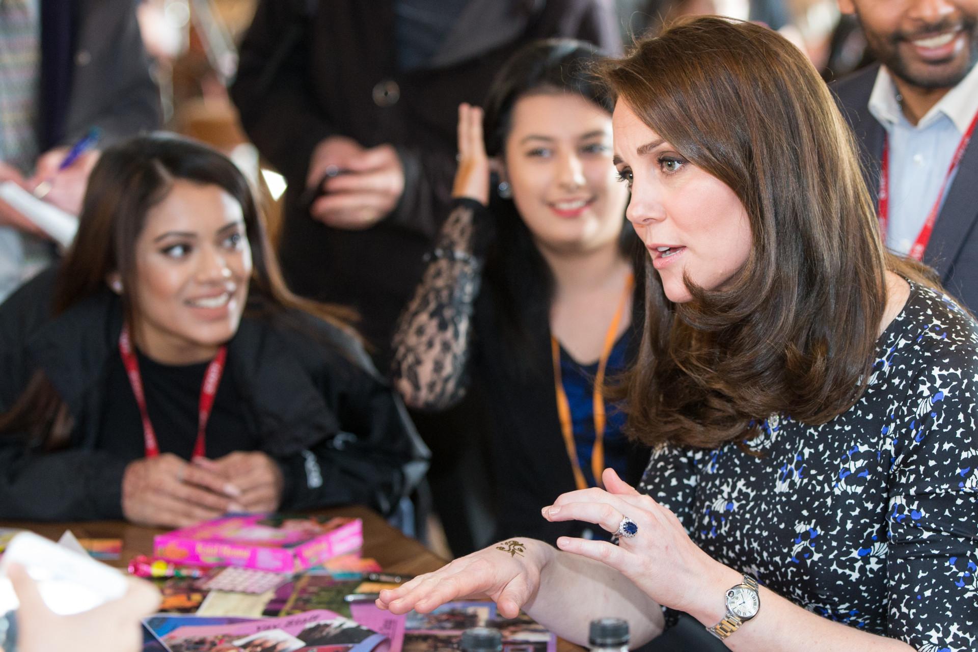 Kate Middleton faz tatuagem na mão durante evento oficial