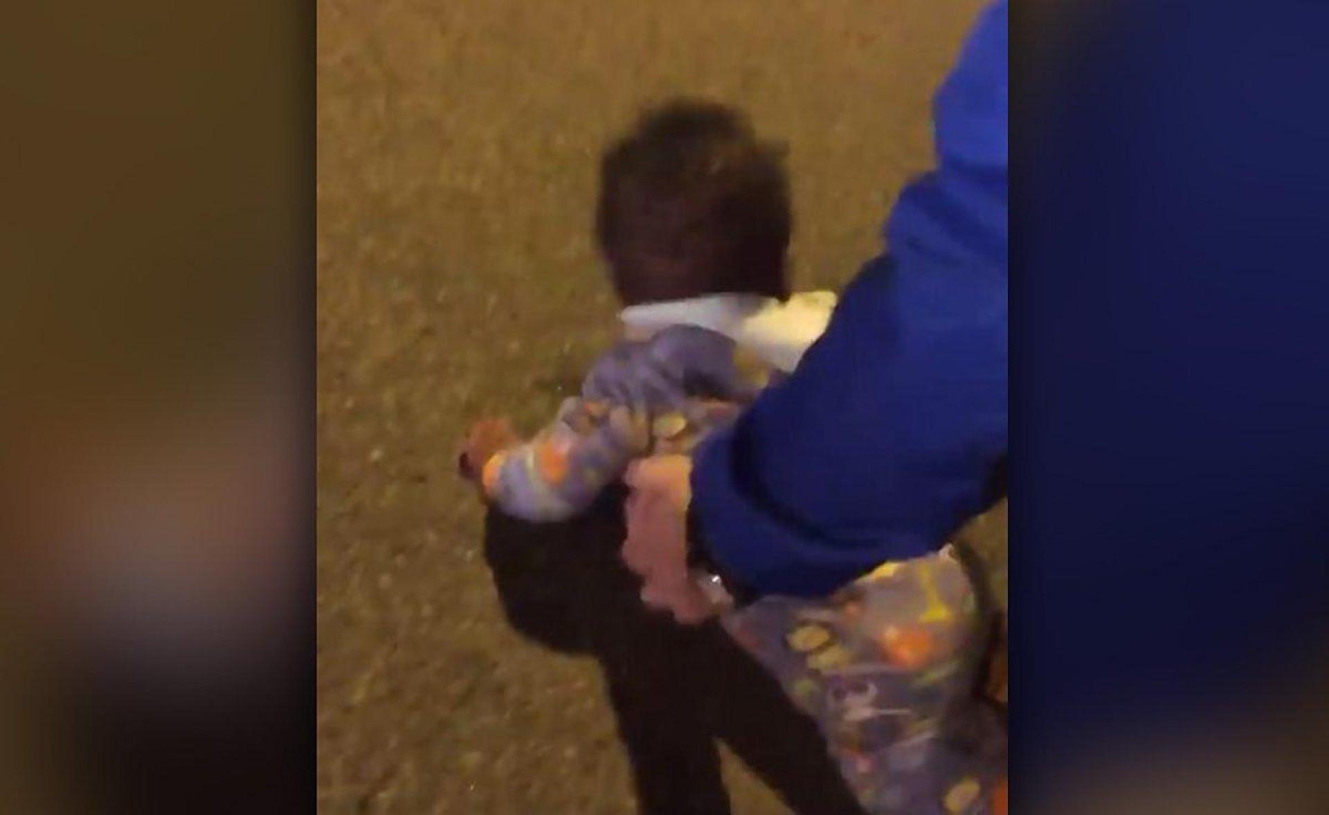 Polícia detém mãe após encontrar bebé a gatinhar na rua