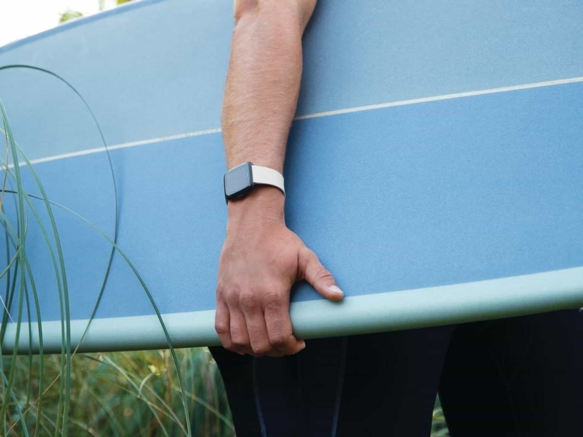 A Fitbit lançou a alternativa ao Apple Watch de que estava à espera