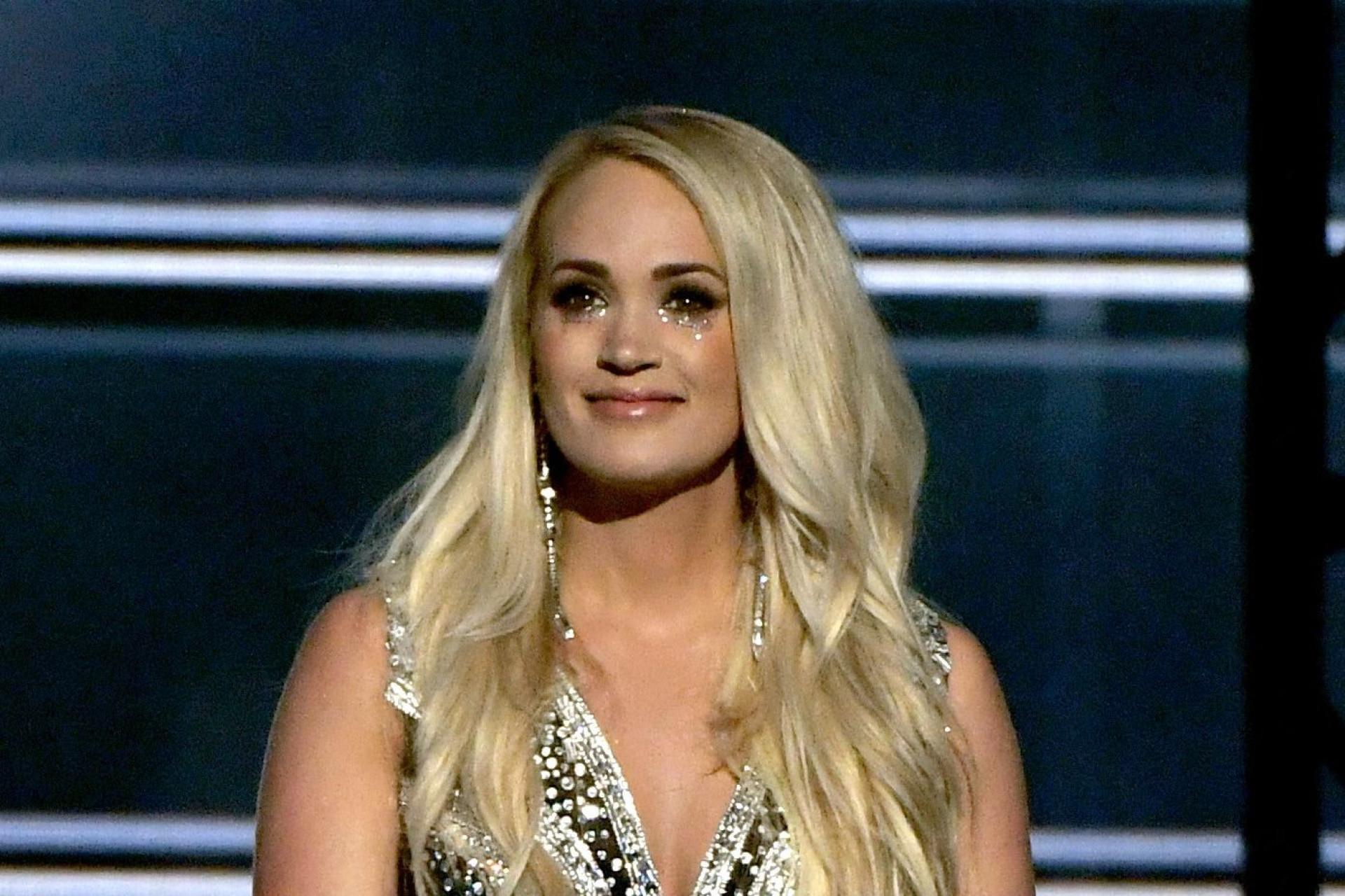 Carrie Underwood aparece pela primeira vez após levar 40 pontos na cara