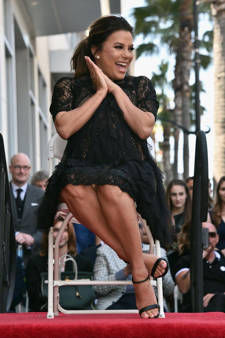 Prestes a dar à luz, Eva Longoria recebe estrela no Passeio da Fama