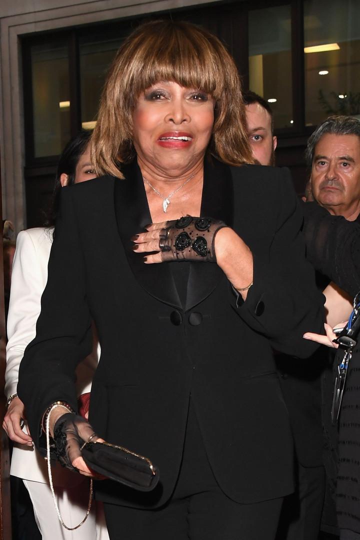 Tina Turner posa na passadeira vermelha pela primeira vez em cinco anos
