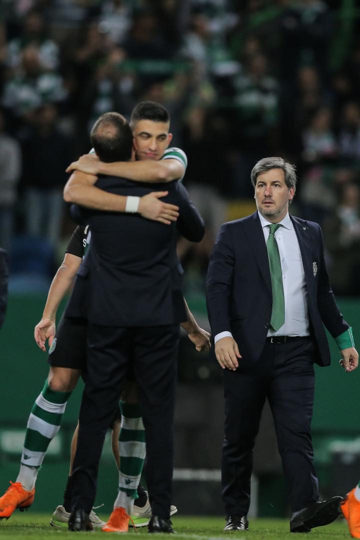 Pazes feitas? Bruno de Carvalho aos beijos e abraços após vencer FC Porto