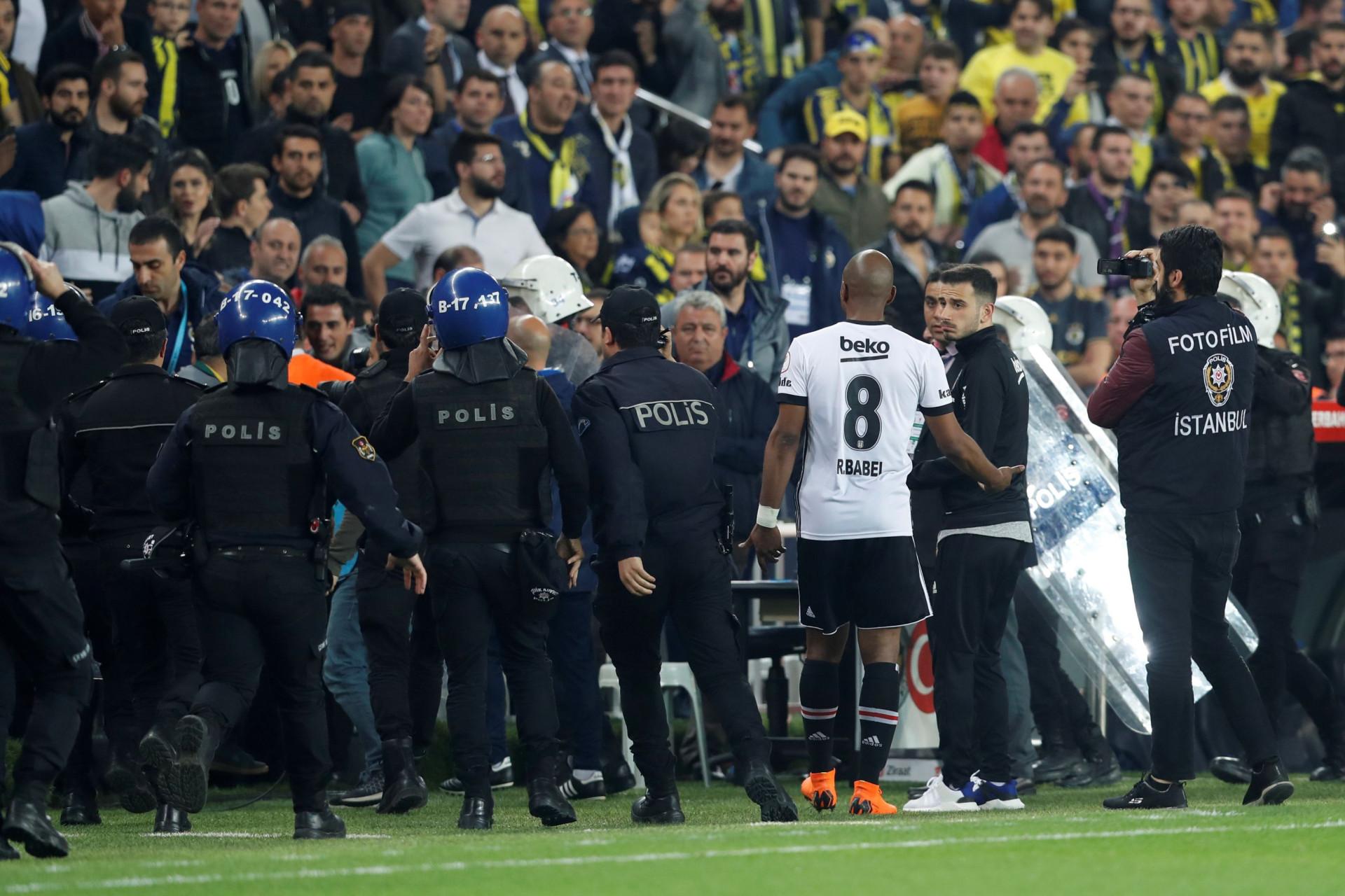 Veja as imagens dos confrontos do dérbi turco entre Besiktas e Fenerbahçe