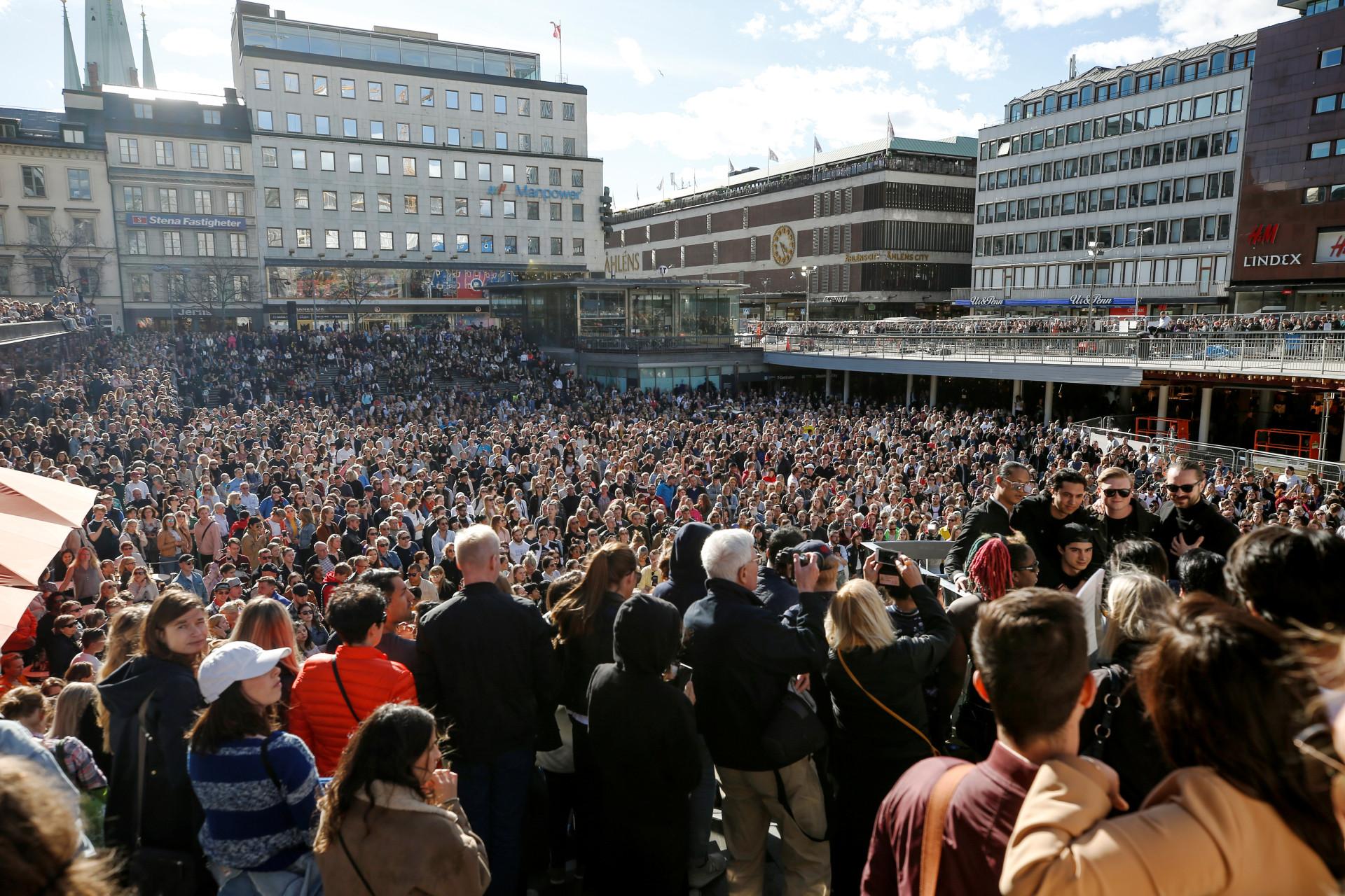 Milhares de fãs ouvem música de Avicii em tributo ao cantor em Estocolmo