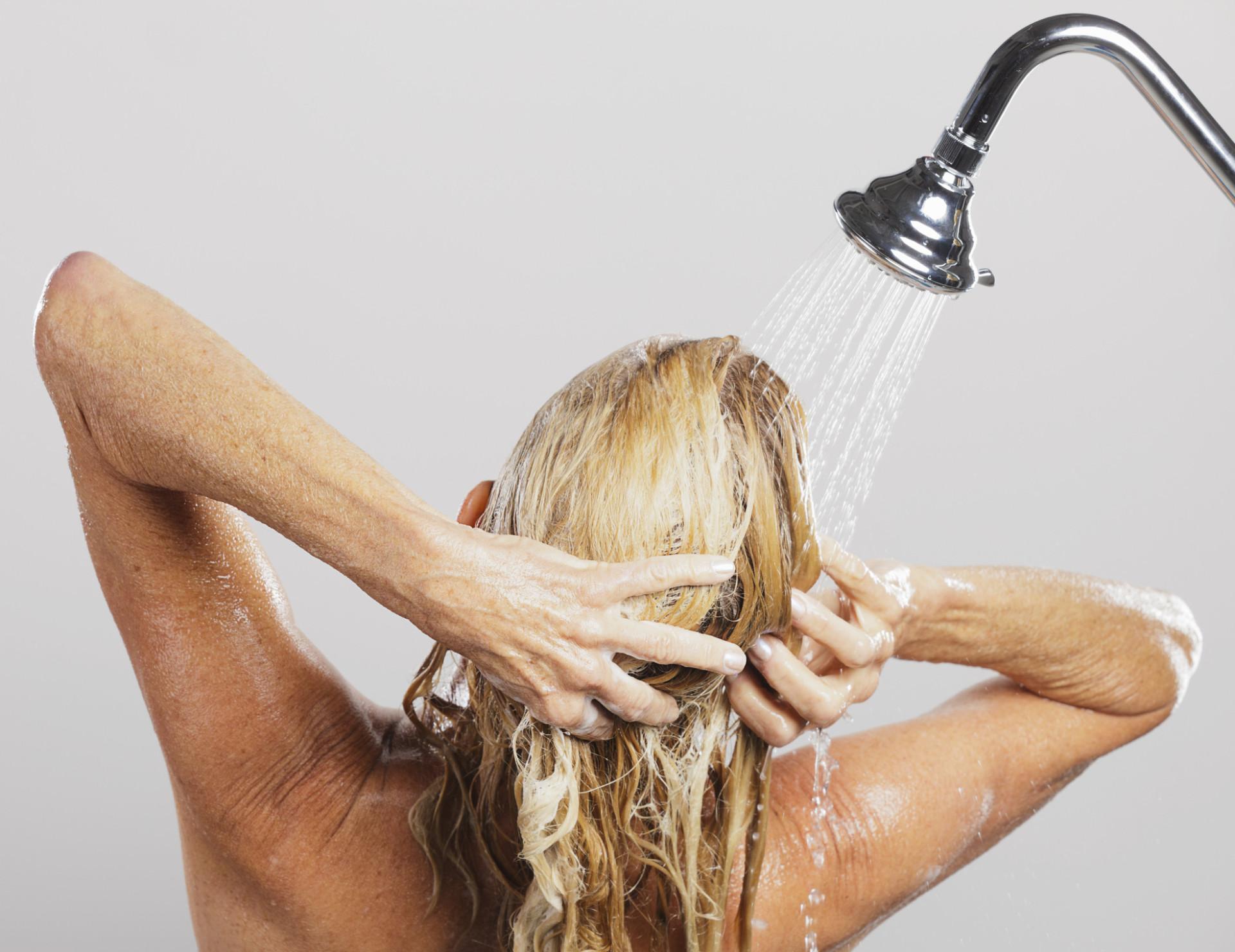 Como ter um penteado belo e irrepreensível sem sair de casa?