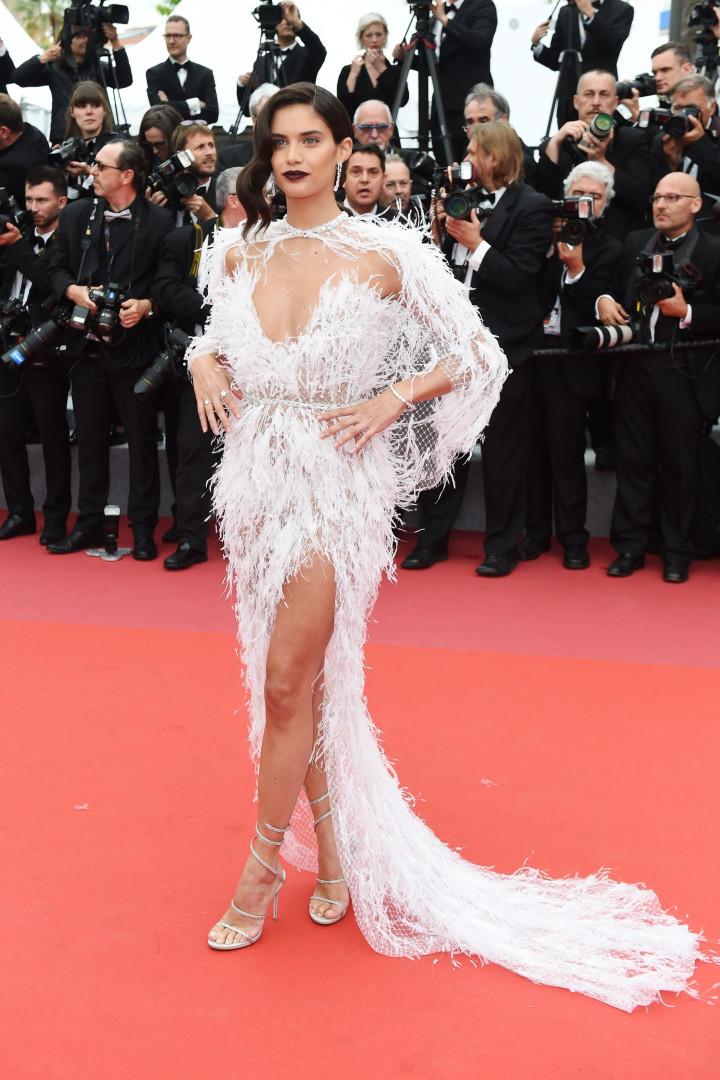 Sara Sampaio: De branco, 'anjo' português volta a deslumbrar em Cannes