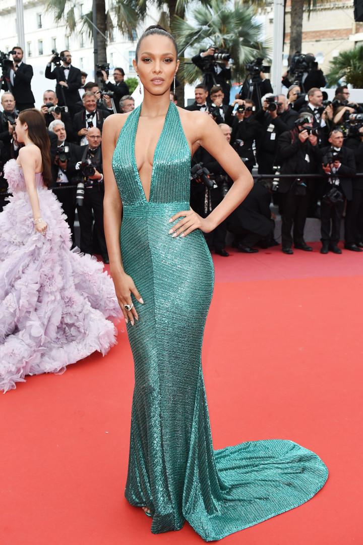 Laís Ribeiro arrasa em Cannes com decote generoso
