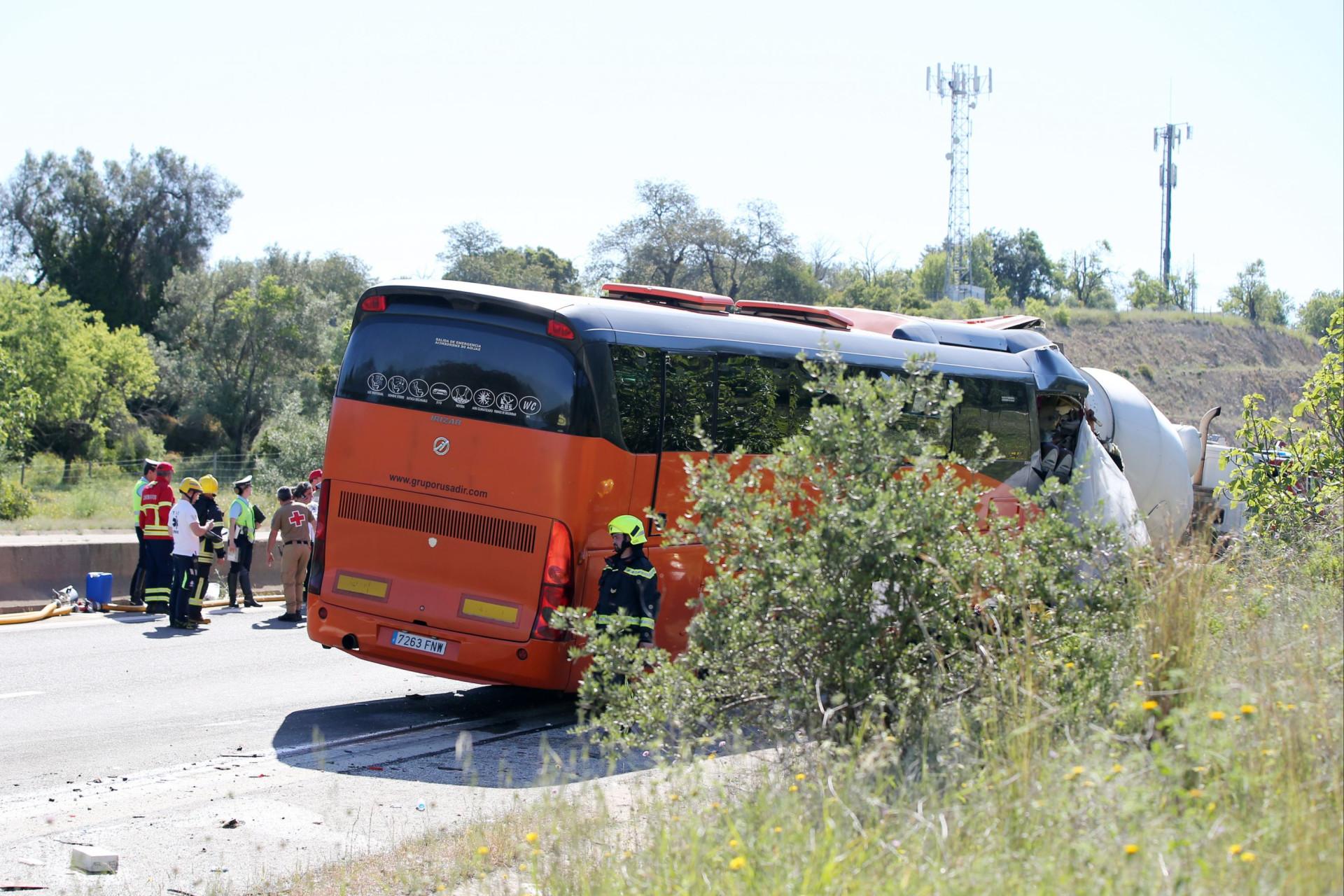 Eis as imagens do acidente na A22 que feriu 15 britânicos