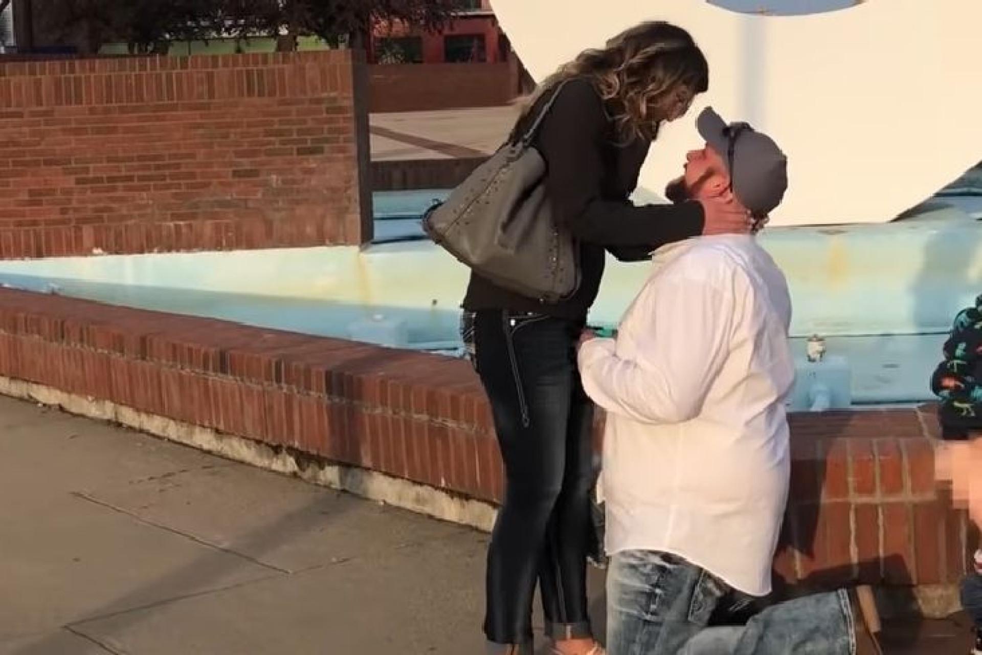 Pedido de casamento interrompido por menino a fazer chichi