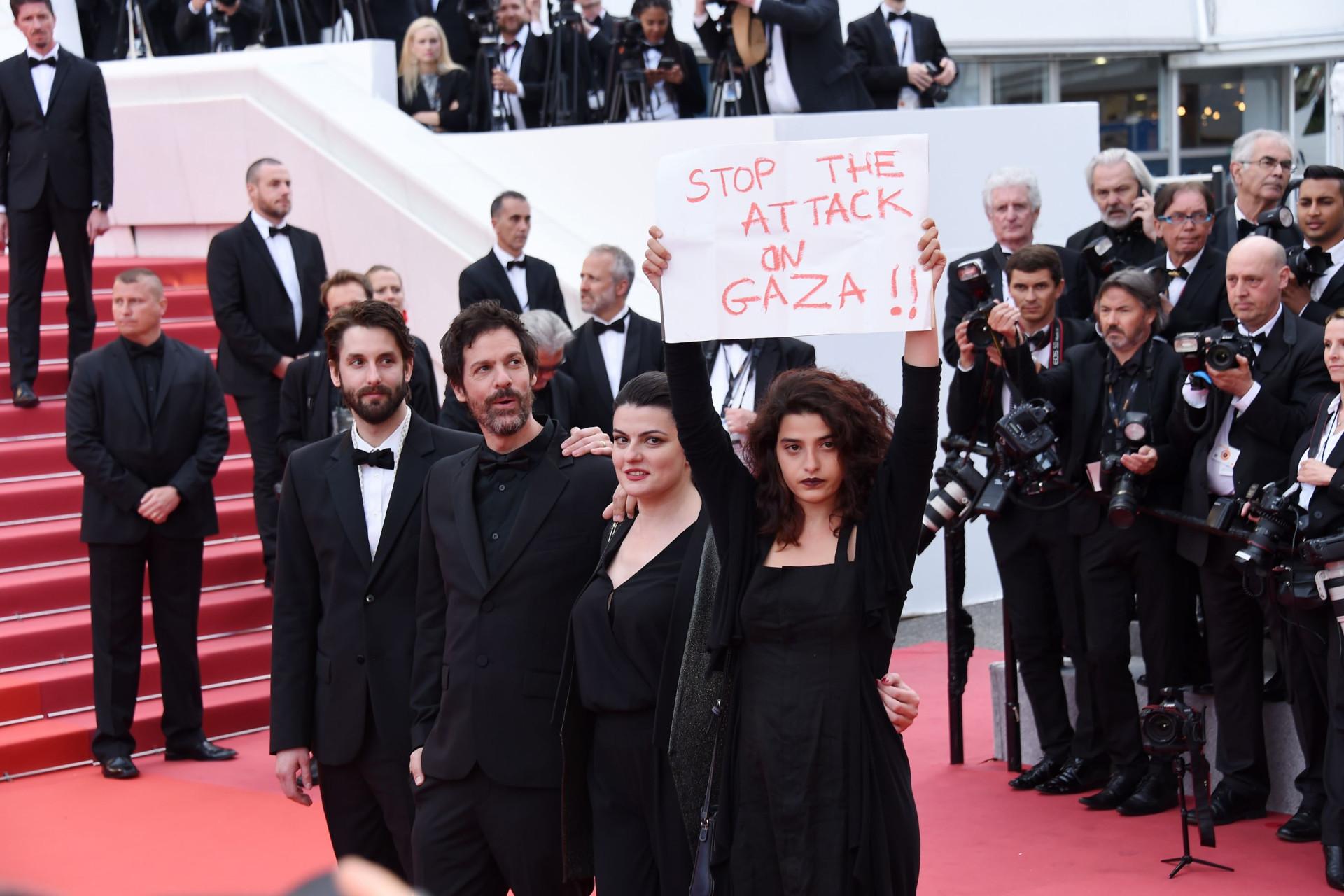 Atriz surge na red carpet de Cannes com cartaz sobre ataques em Gaza
